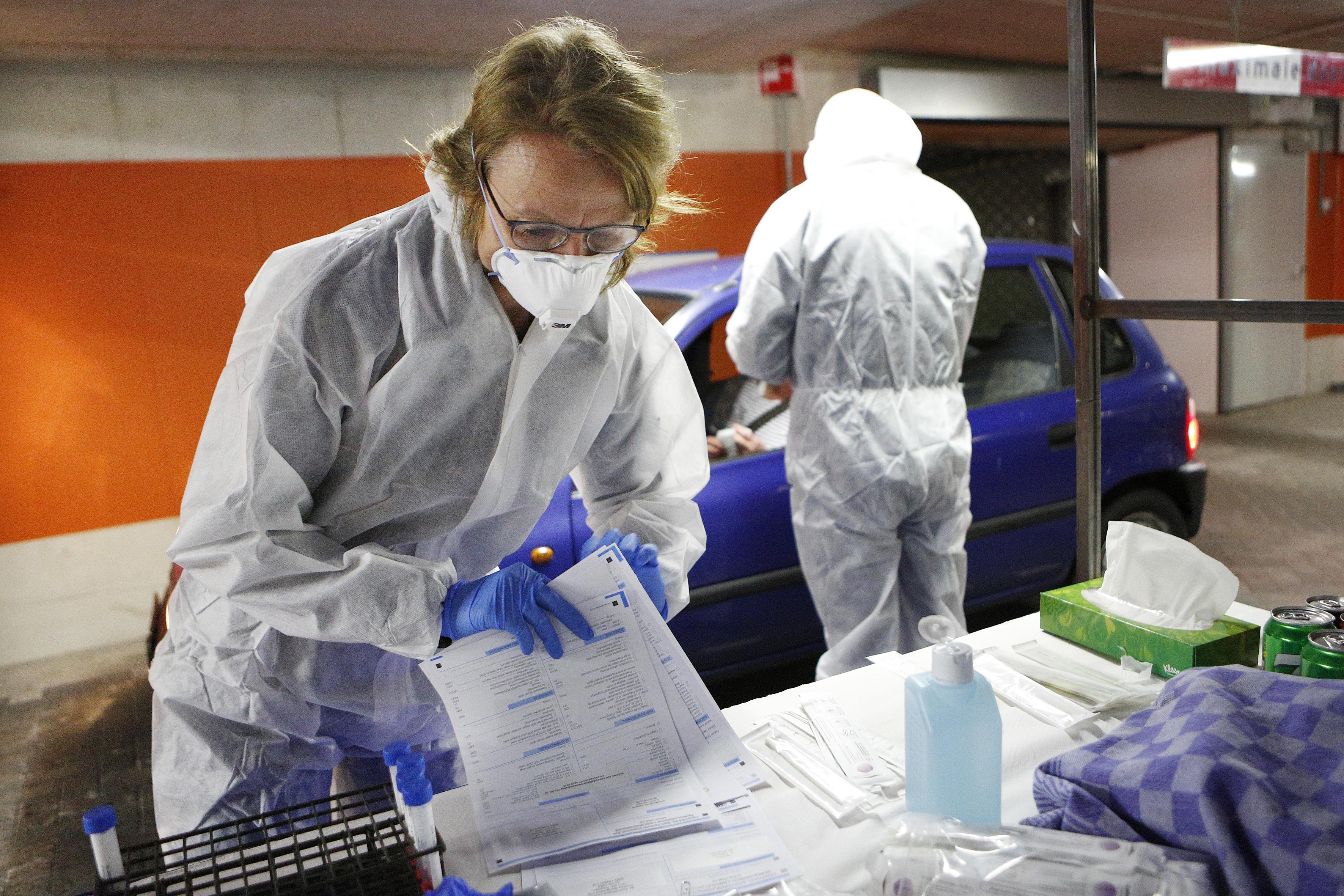 GGD Gooi en Vechtstreek zet extra mankracht in om de contacten van coronapatiënten op te sporen. 'Aantal besmettingen loopt op, maar het onderzoek is nog te behappen'