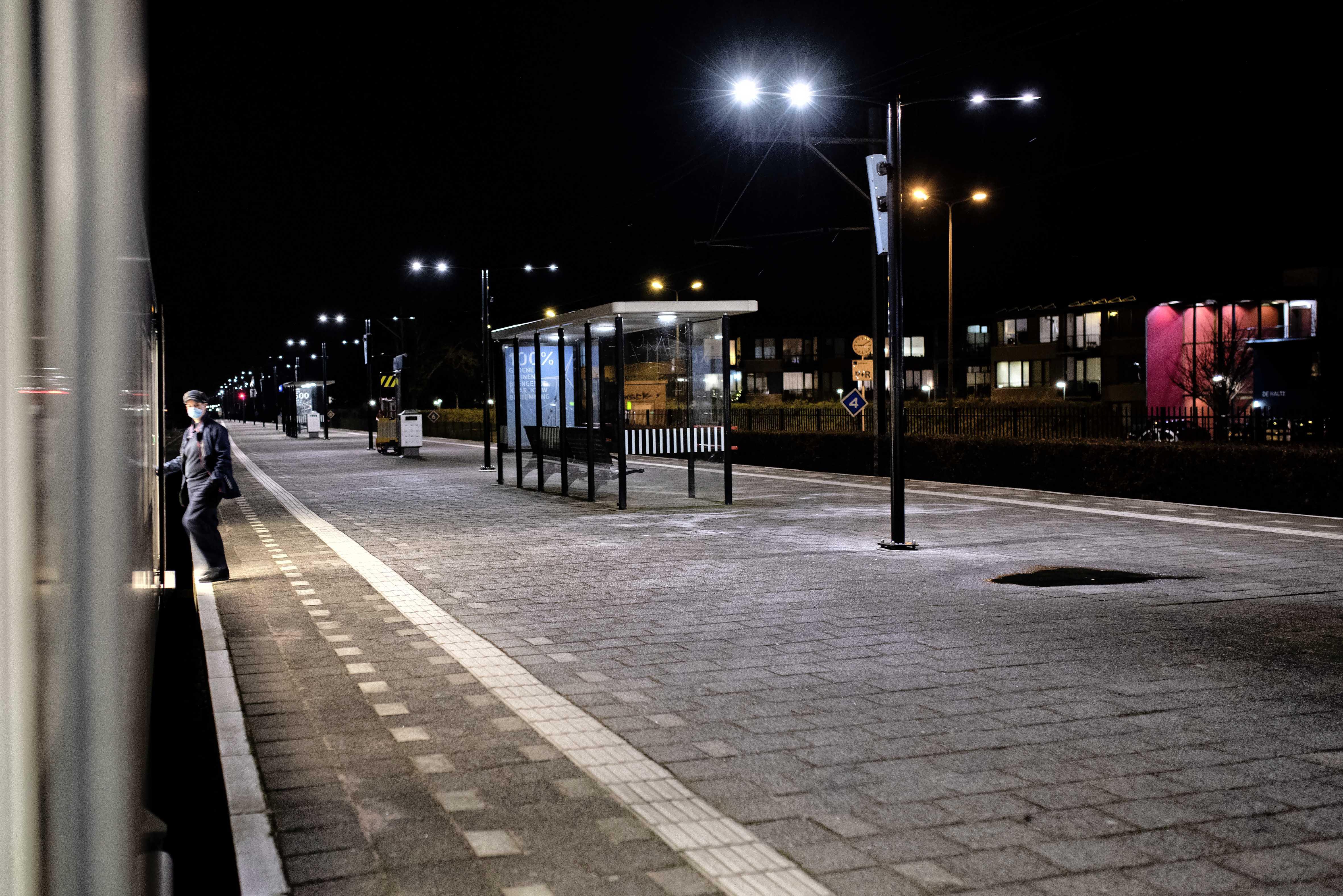Een reis met verhalen en hindernissen, met de trein door de IJmond tijdens de avondklok. 'Ik vind het wel een beetje eng zonder toestemming'