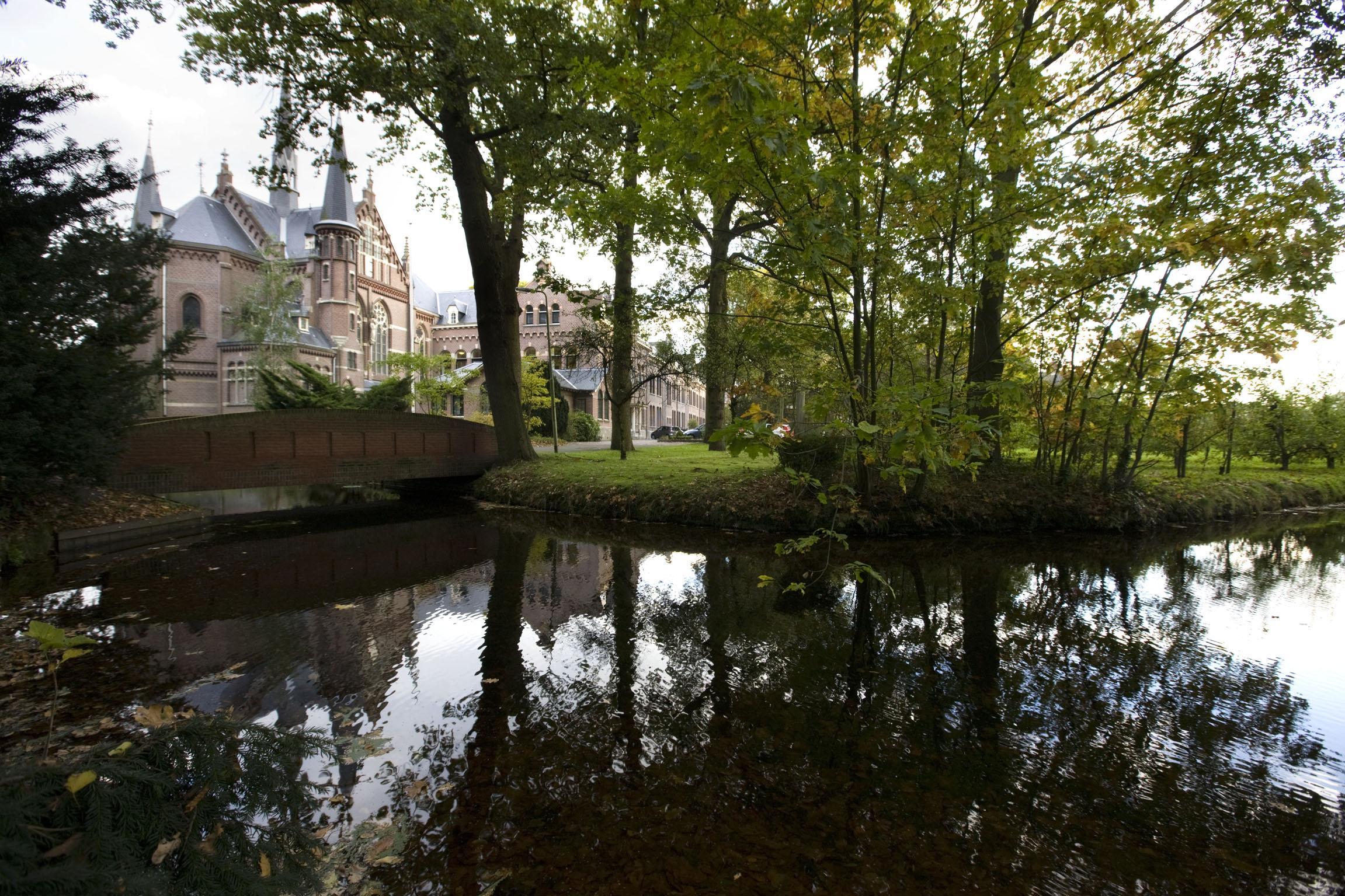 Tientallen doden in Nederlandse kloosters door corona: 'Na een leven tussen de mensen worden ze in alle stilte begraven'
