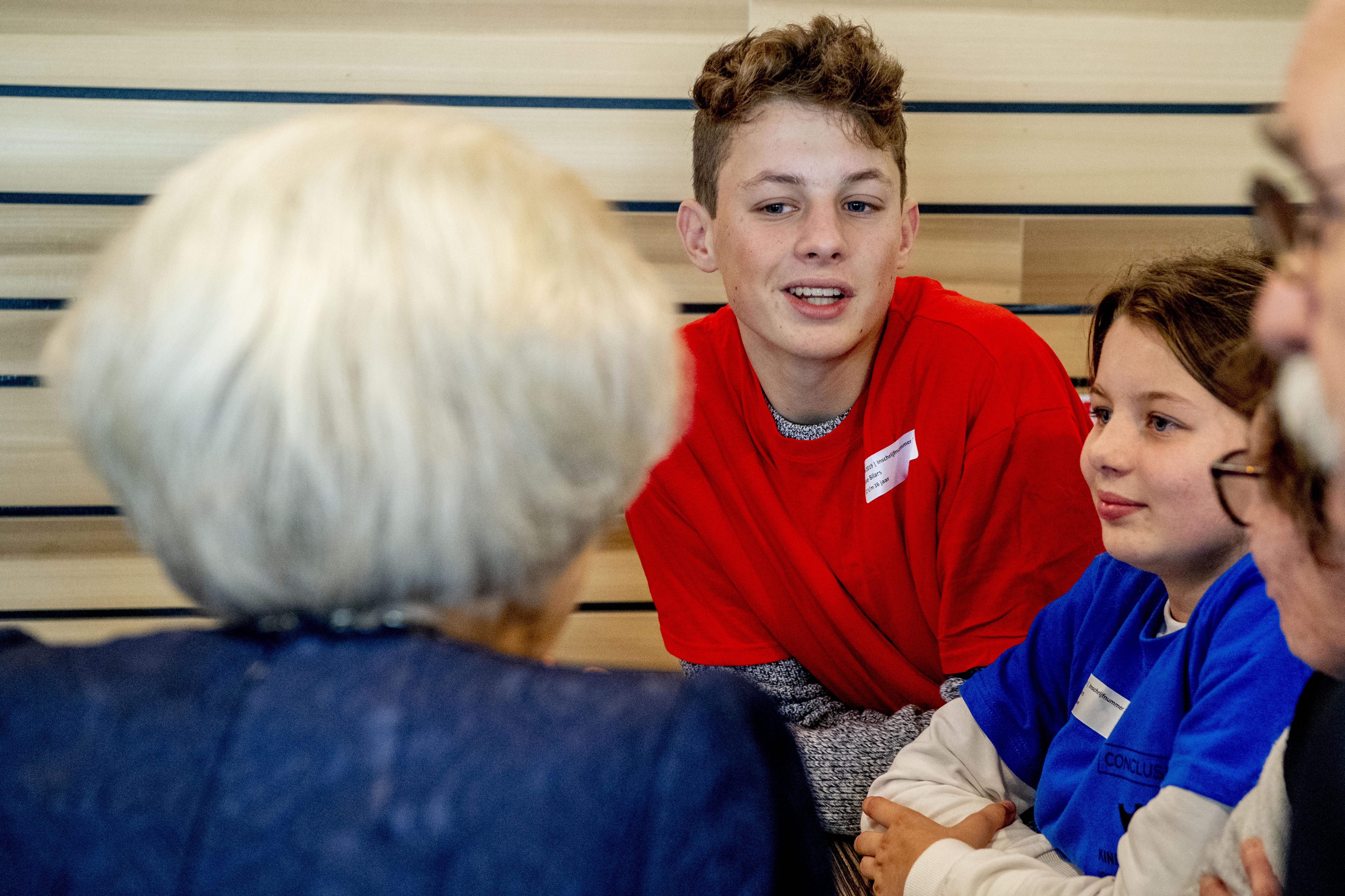 'Oma der Nederlanden' raakt deelnemers van landelijke pleeggrootouderdag in Alkmaar met bliksembezoek