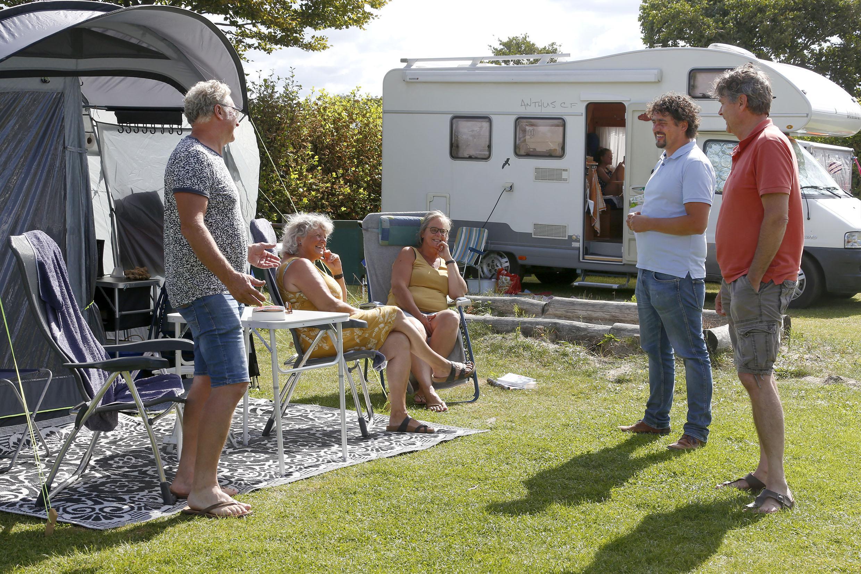 'Campings vol tot half augustus', veel succes als je als toerist op de bonnefooi een overnachtingsadres zoekt aan de kust
