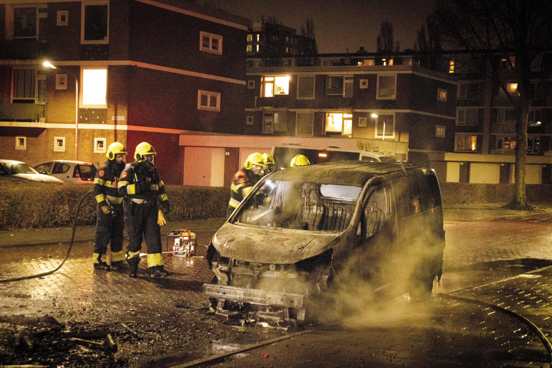 Stenenregen en vuurzee in Haarlemse Europawijk: 'Het is echt bizar, normaal is het hier heel stil. Nu hoor je in de verte de hele tijd van die knallen en sirenes'