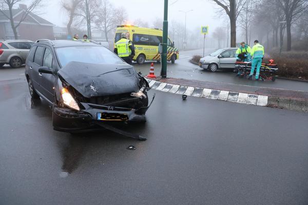 Twee auto's botsen op elkaar in Bunschoten-Spakenburg