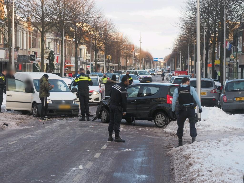 Veel schade bij frontale botsing op gladde Kennemerlaan in IJmuiden, weg afgesloten