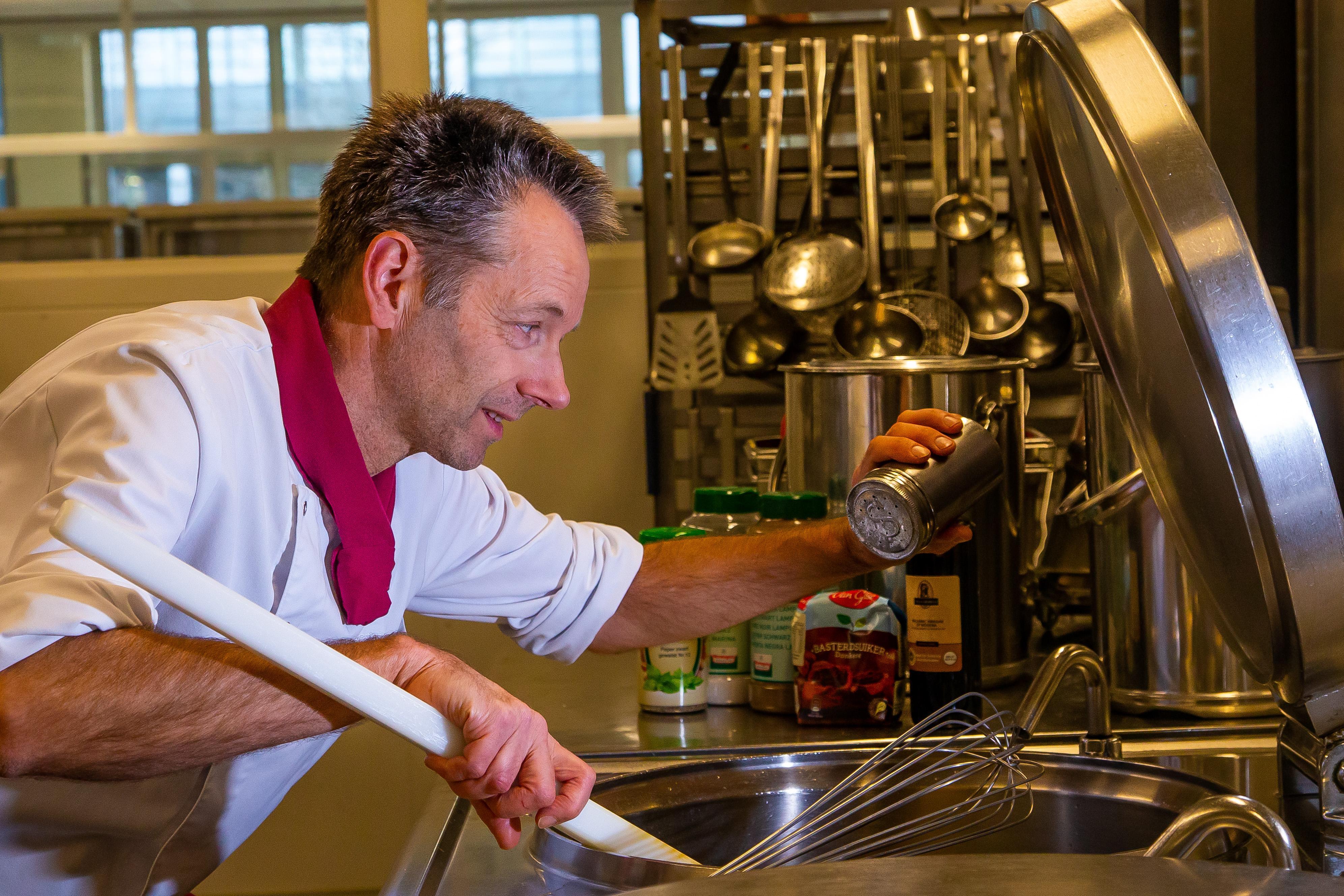 Kroketje met honing, bloemkool met stroop: smaakpoli voor oncologiepatiënten: dieetkok Cees Neefjes van het Dijklander Ziekenhuis kijkt nergens meer van op
