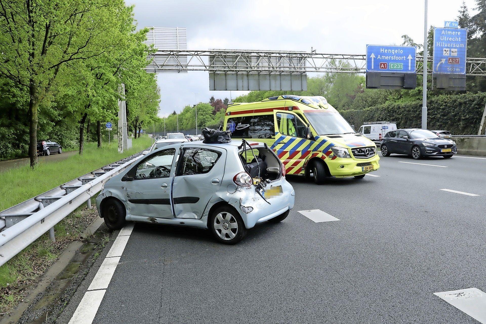 Kleine file en een gewonde op de A1 bij Laren door botsing tussen auto, taxibusje en vrachtwagen