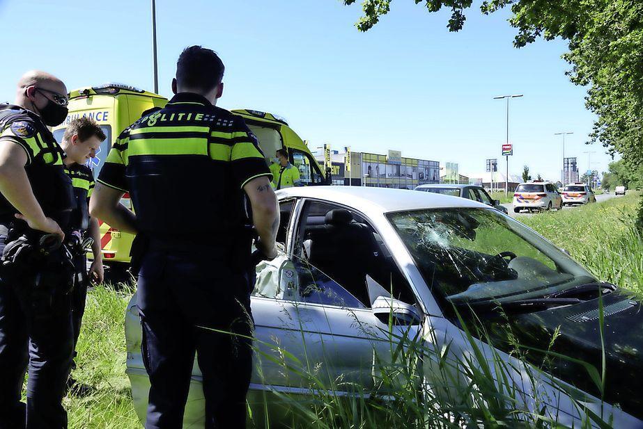 Auto knalt tegen boom in Zaandam, bijrijder gewond