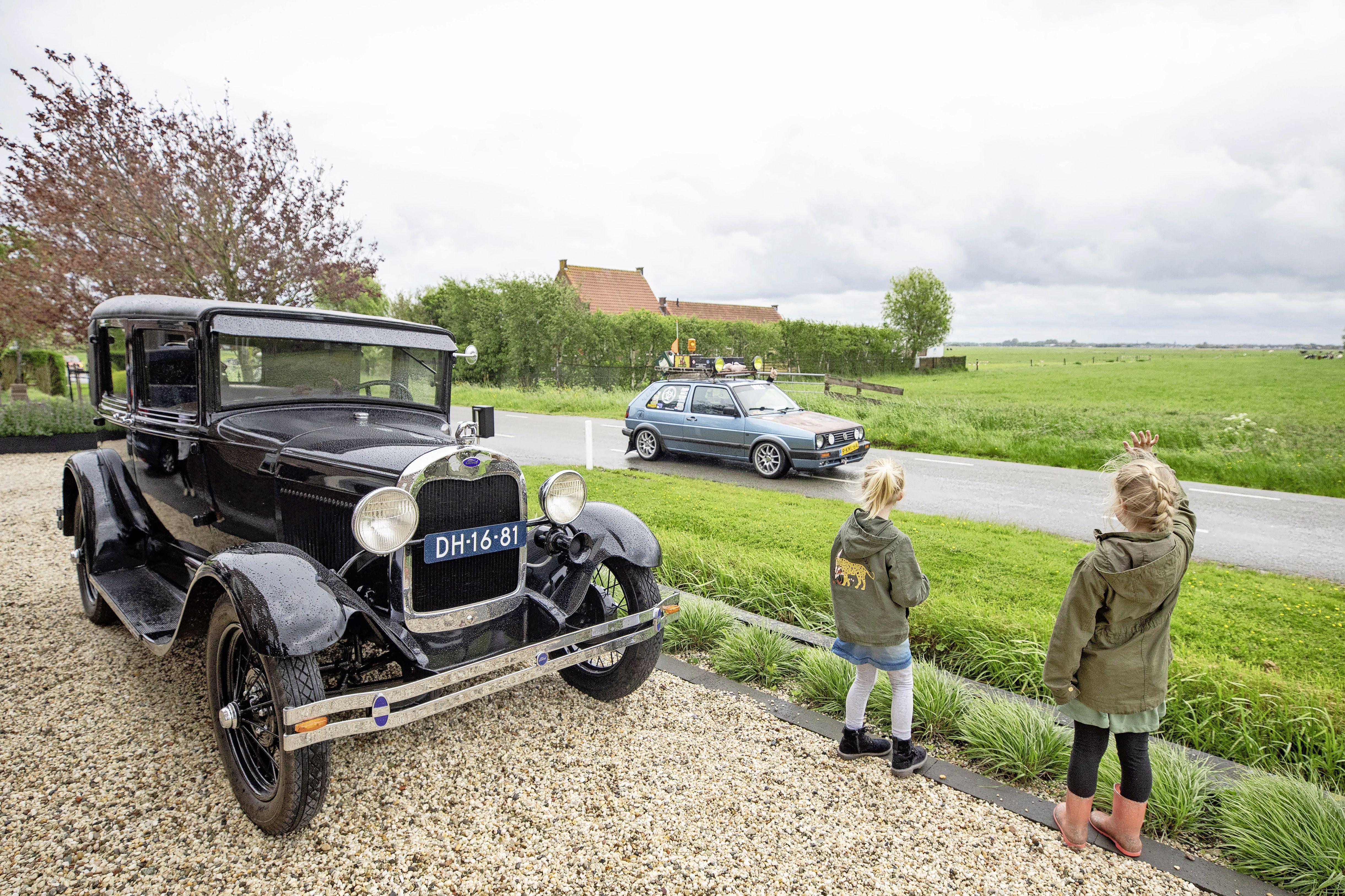 Kratje bier en een zwaailicht op je klassieke auto en gáán; Als grap begonnen tocht van 'ouwe-autogekken' door Eemland trekt veel bekijks