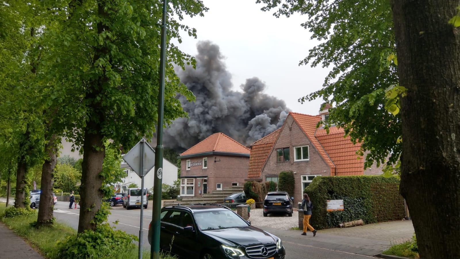 Zeer grote, uitslaande brand in loods Loosdrecht [video, update]