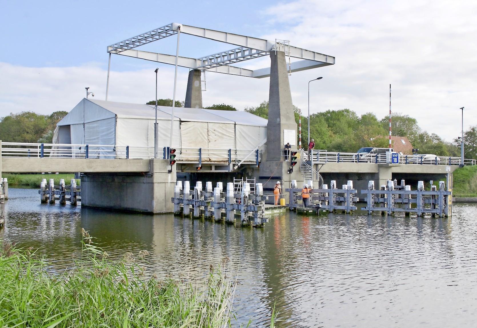 Onderhoud aan Waardbrug bij Kolhorn in juni, dus de klep staat een paar nachten open