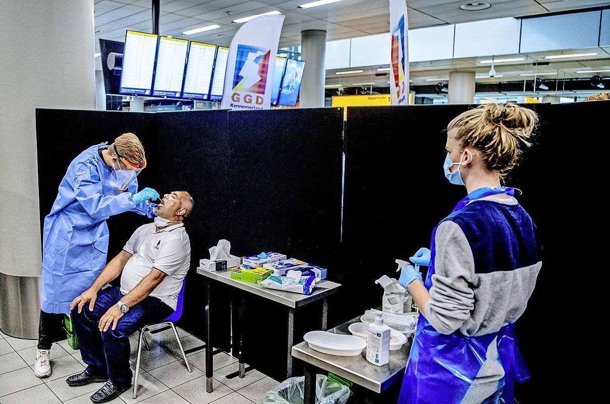 De teststraat op Schiphol keert terug en het kabinet wil ook snel 25 locaties voor sneltesten opstarten
