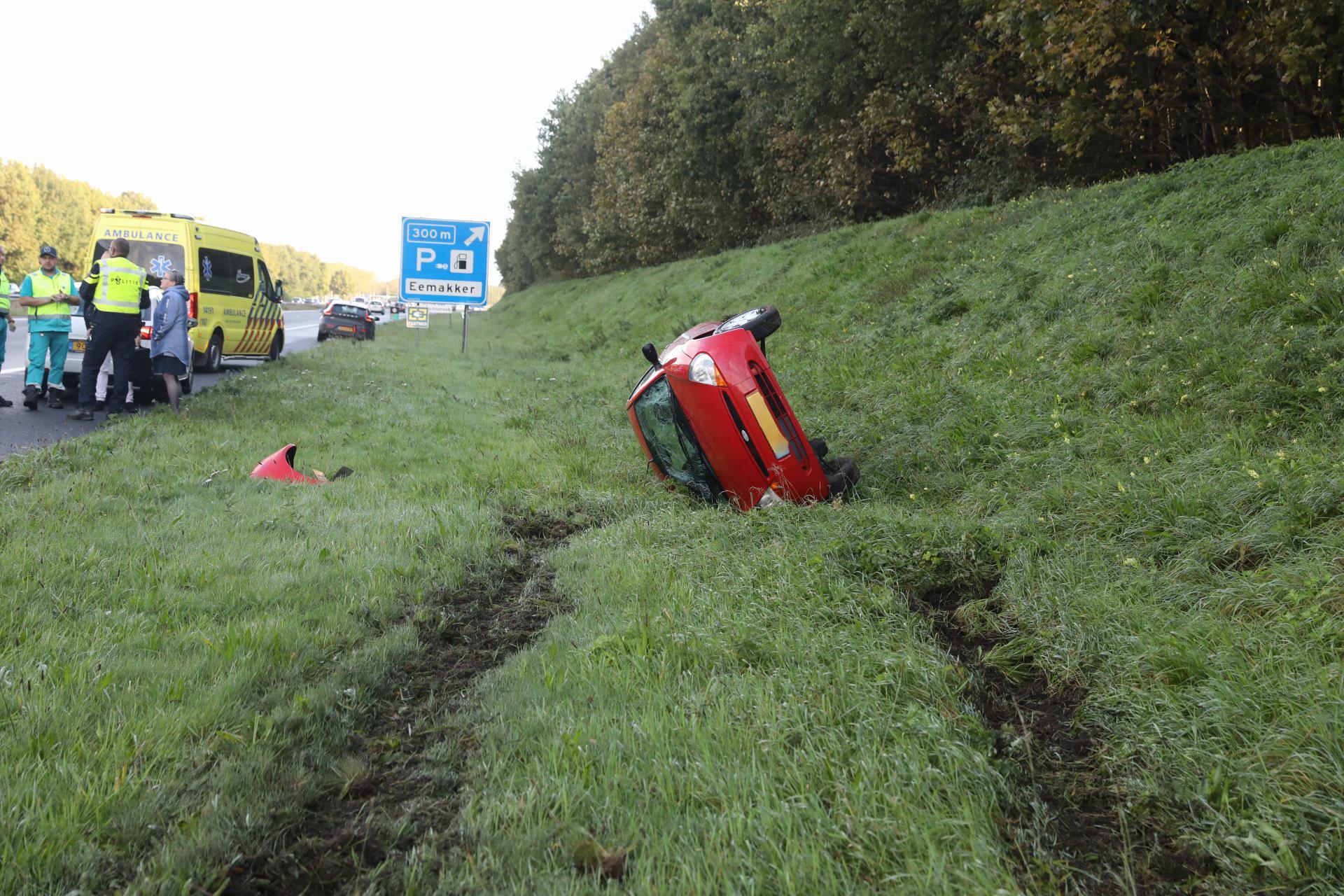 Auto verliest wiel en slaat over de kop op A27 bij Eemnes