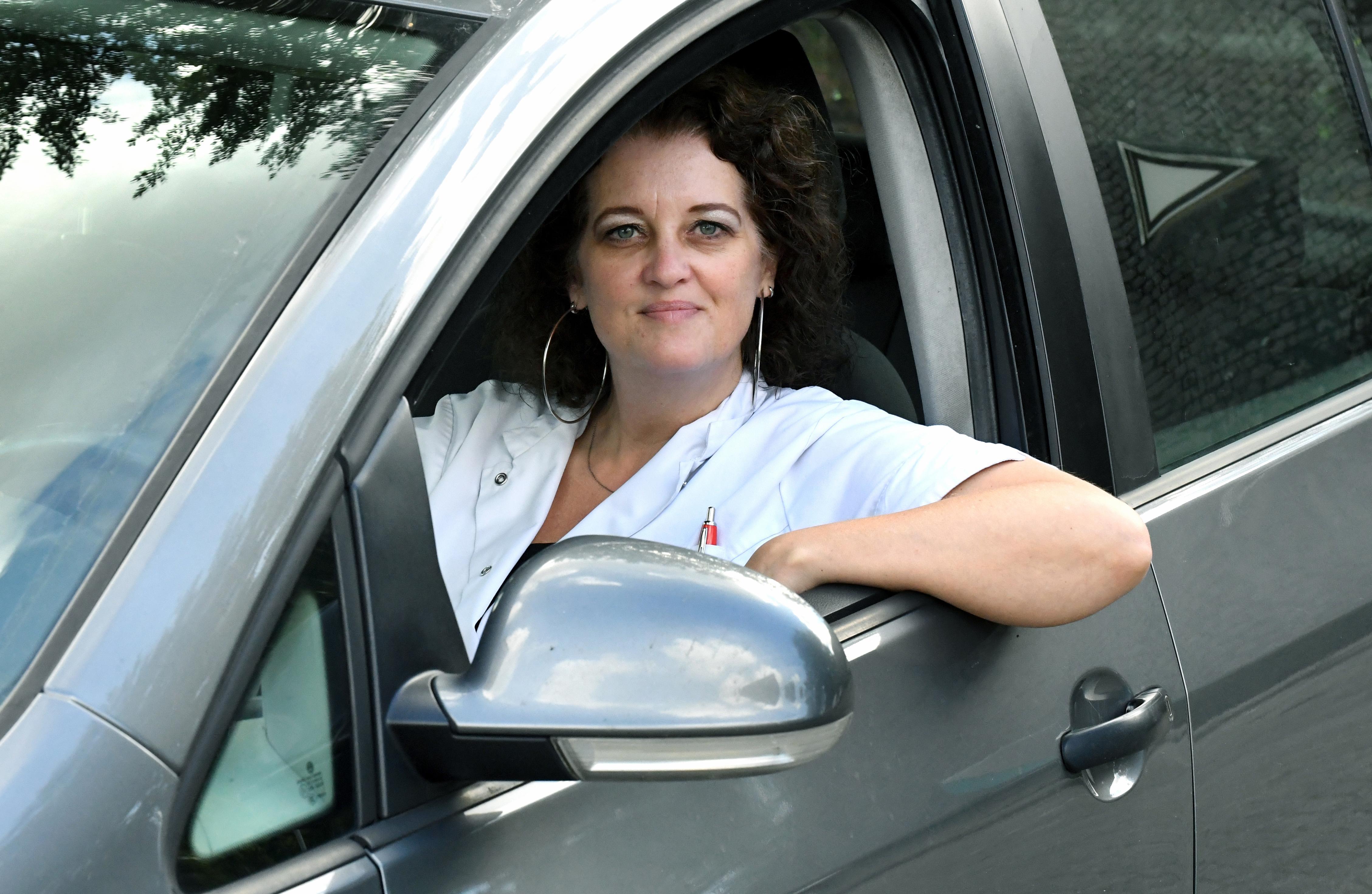Sandra wordt na fout in het verkeer achtervolgd, klemgereden en belaagd. 'Het was zo eng, en niemand die me te hulp schoot'