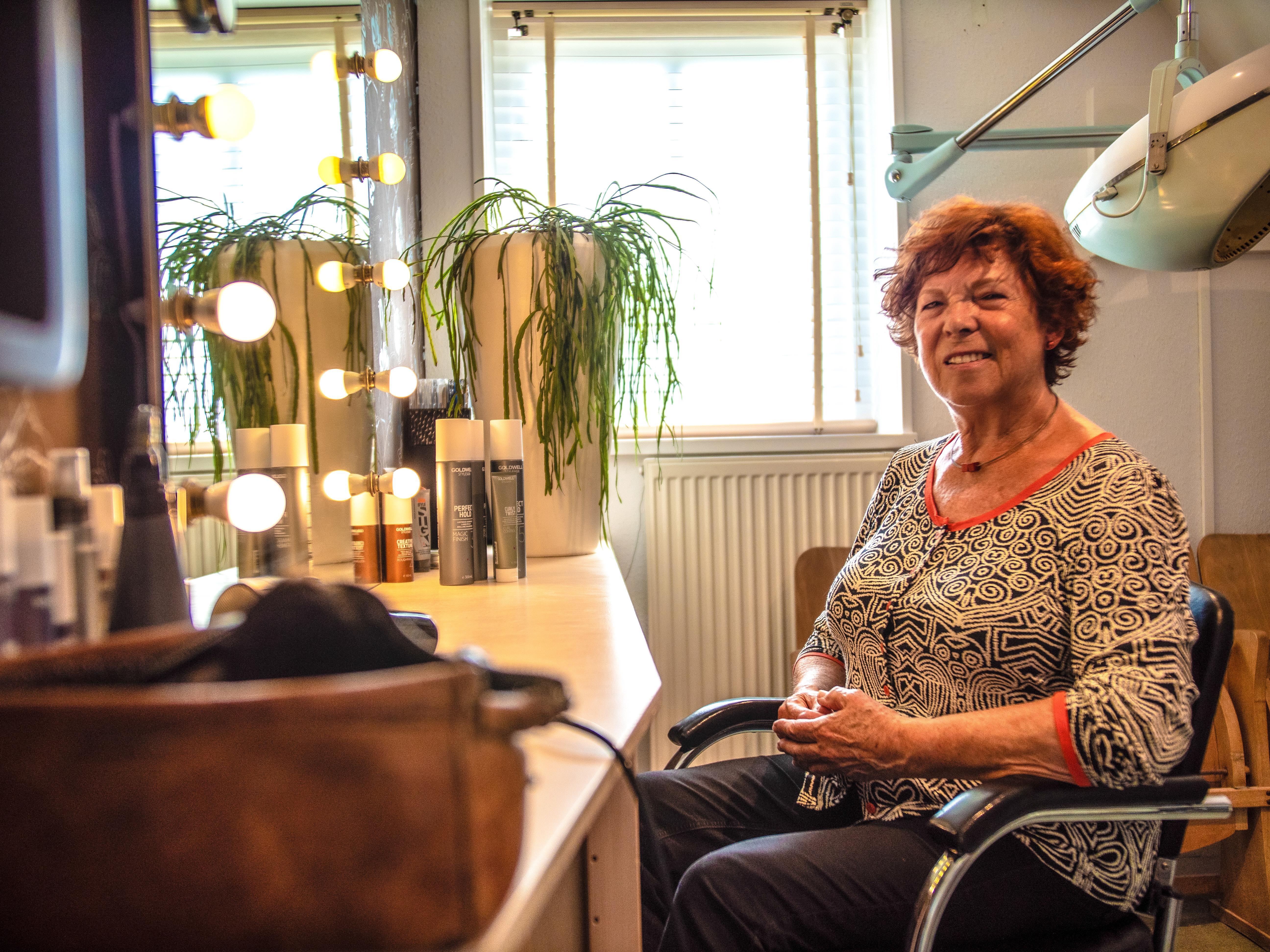 Els had zulk makkelijk haar, dus werd ze gevraagd als examenmodel, nu knipt ze al 52 jaar mensen
