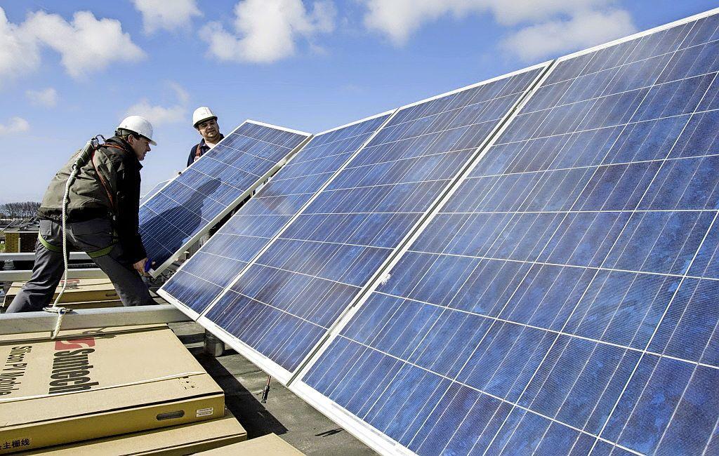 Hilversum gaat op volle kracht elektriciteit opwekken: zonnepanelen op vliegveld, parkeerterreinen en geluidsschermen