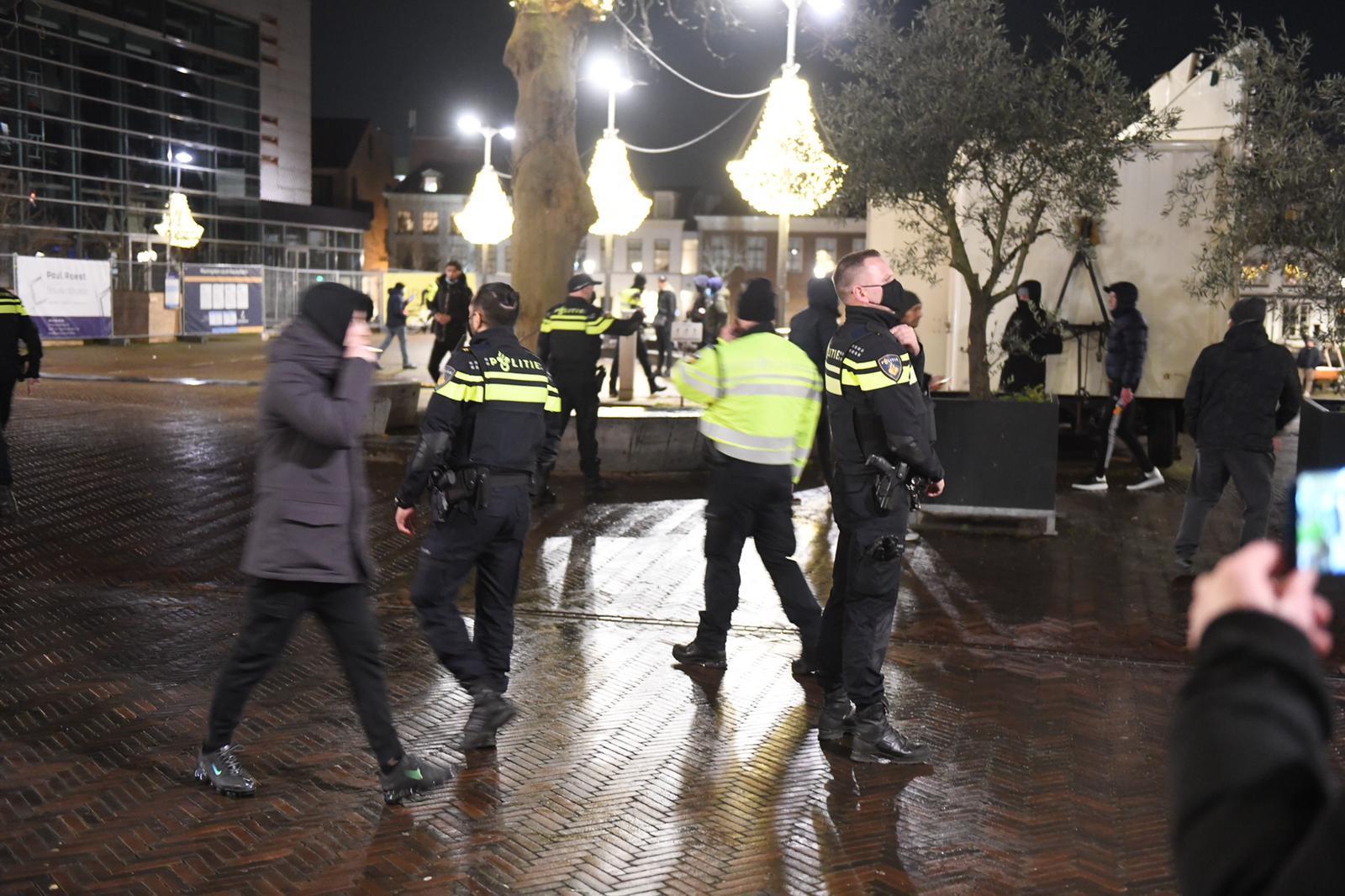 Tweehonderd demonstranten door politie verdreven uit het centrum van Alphen aan den Rijn