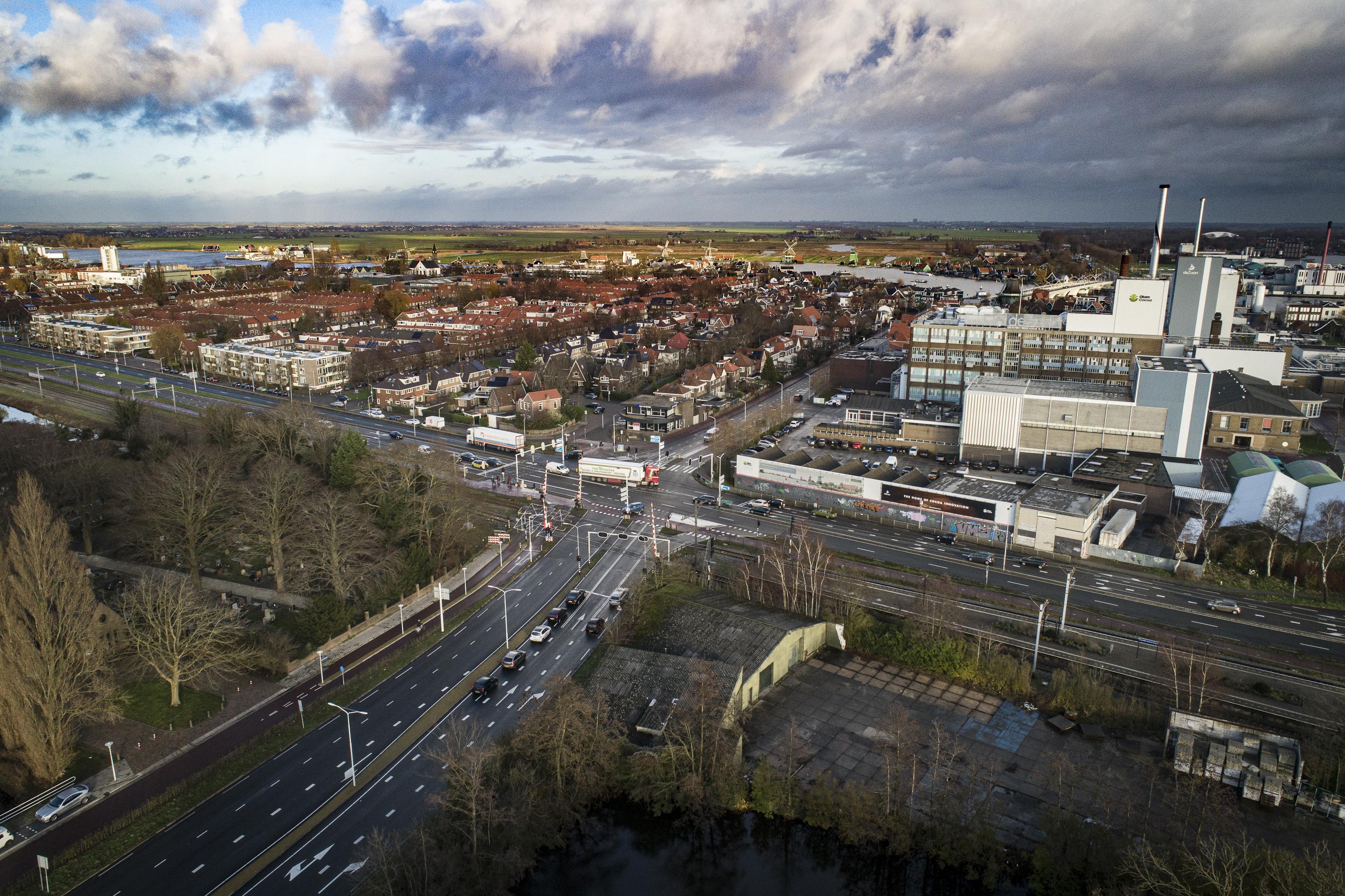 Guisweg in Zaandijk, een kruispunt vol mogelijkheden en varianten: fietstunnel, autotunnel of ondergronds spoornet [luchtfoto]