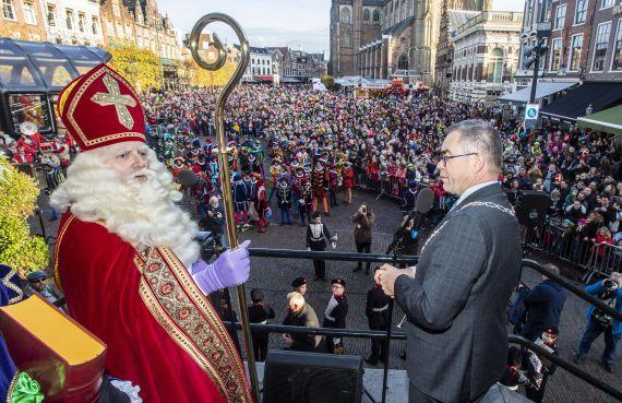 Sinterklaas brengt de zon mee naar Haarlem [video]