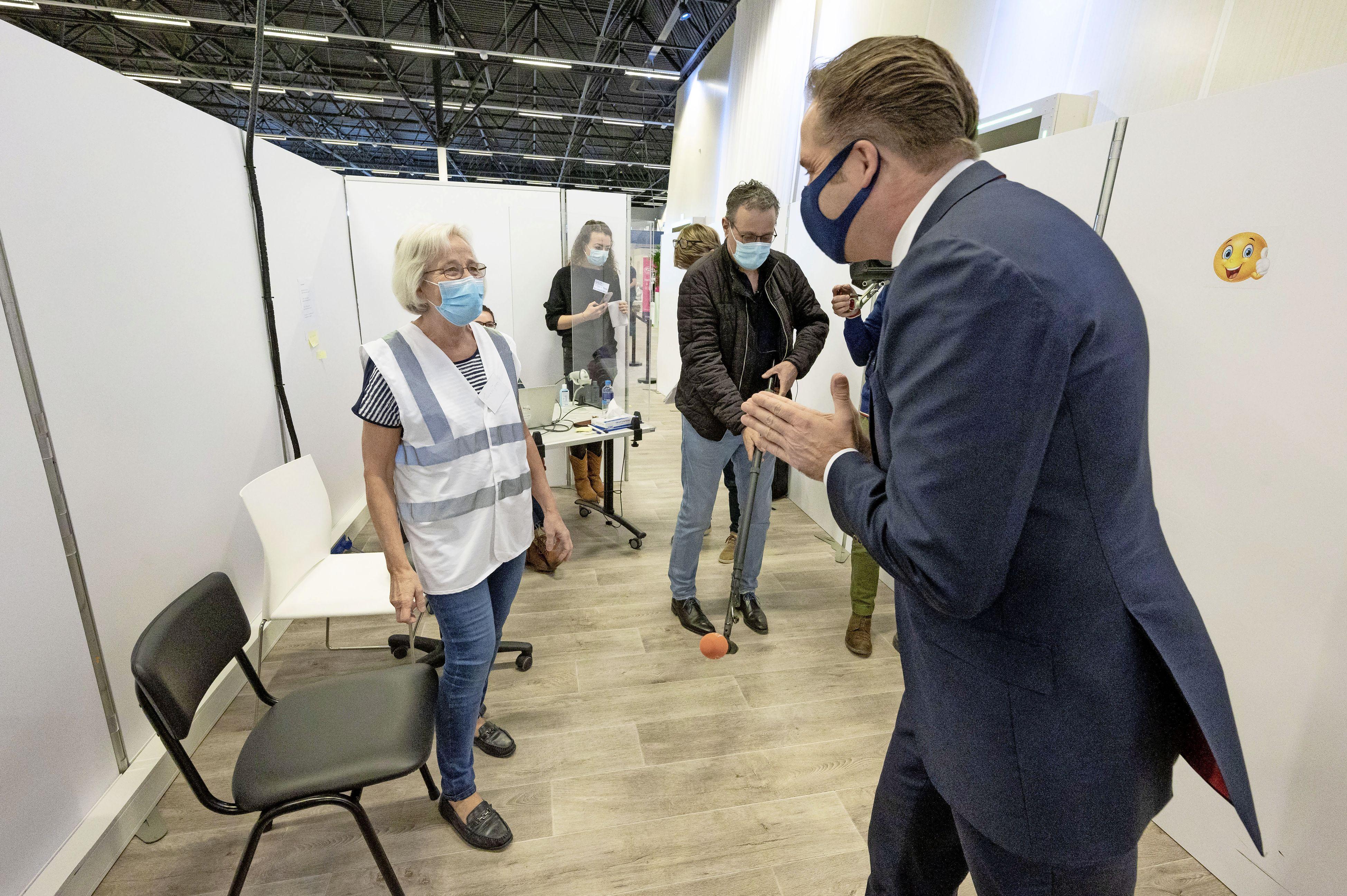 Minister Hugo de Jonge bezoekt moeder/prikker Teunie (68) in lege Leidse prikhal: 'Leuk je te zien. Gaat het goed met je?'