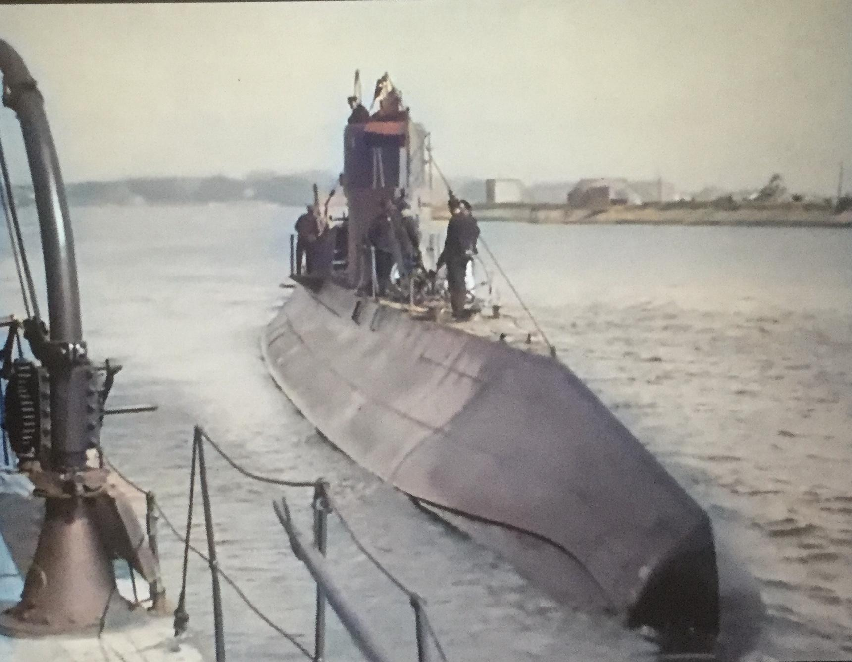 Bijzondere kleurenbeelden van een oefening met onderzeeboten in de haven van Den Helder anno 1928 [video]