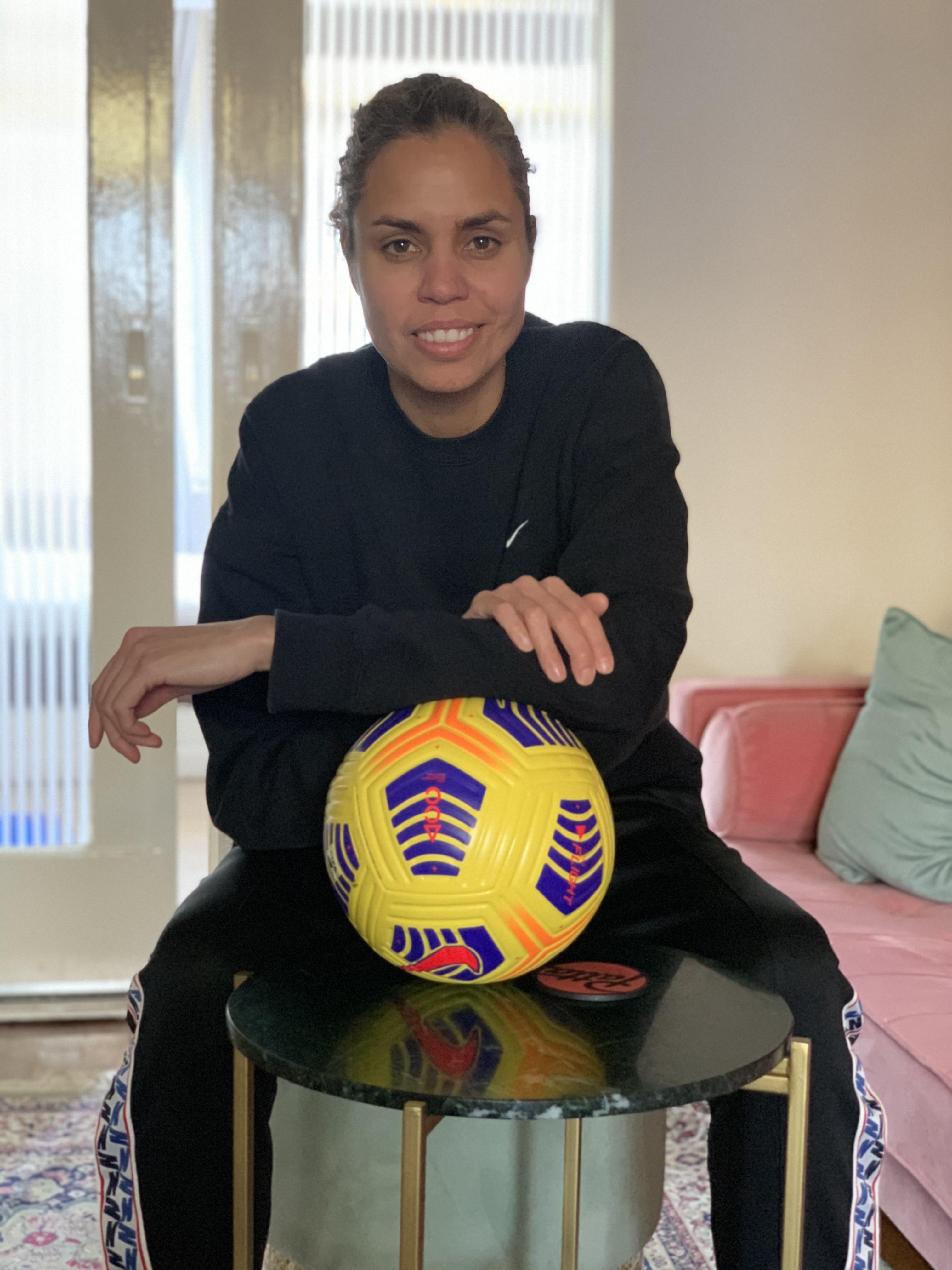 Rocky Hehakaija vecht voor een inclusieve wereld en voetbal is haar wapen