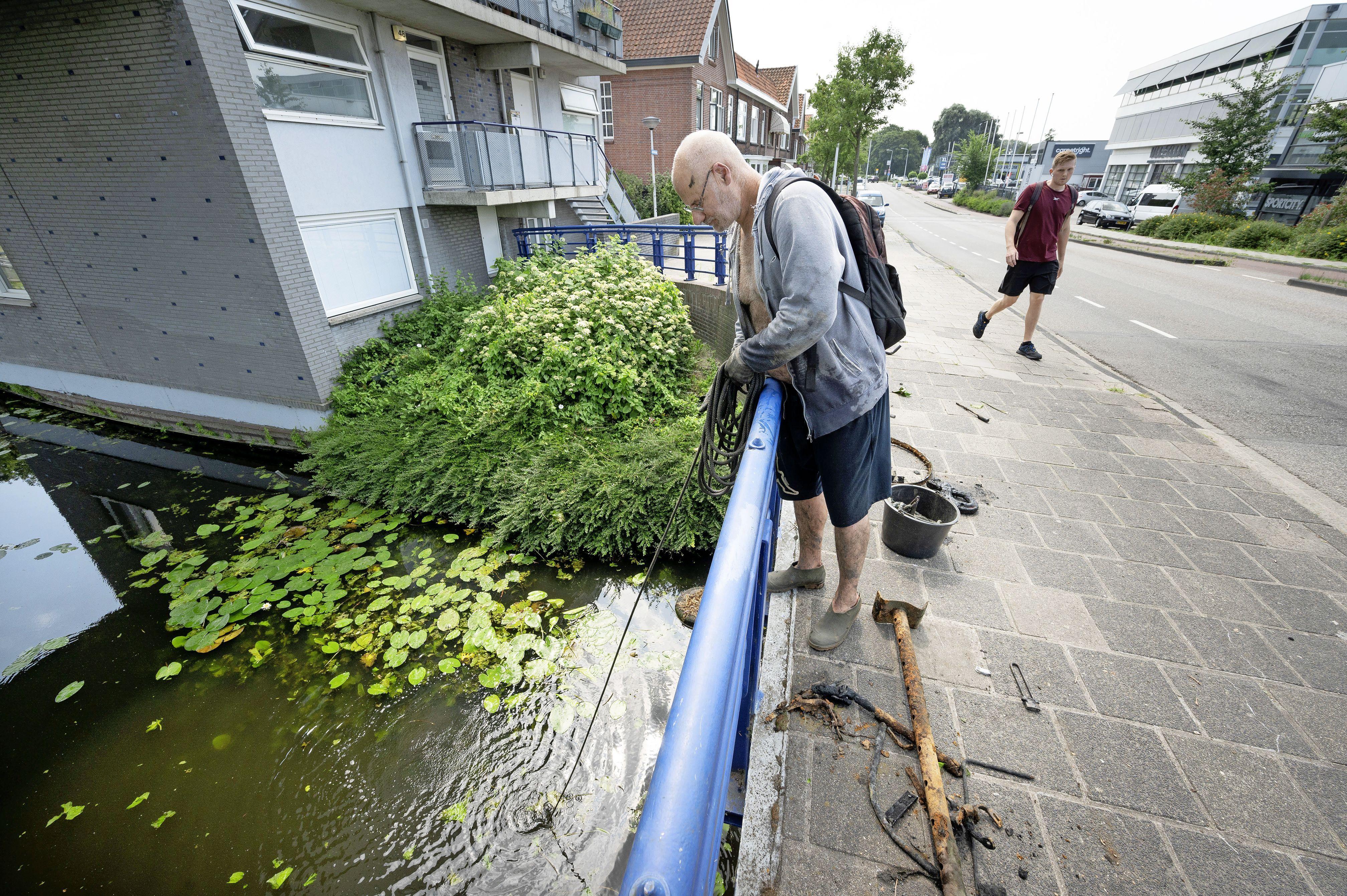 Delftse magneetvisser op bezoek in Leiden: 'Honderden kilo's ijzer op een dag, daar verdien je toch een aardig zakcentje mee'
