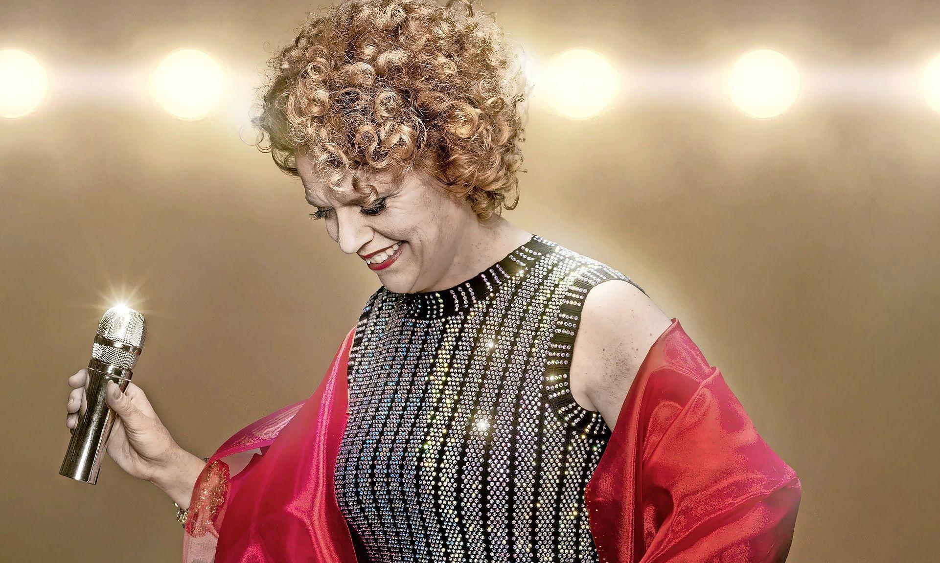 Brigitte Kaandorp zingend in actie voor Voedselbank Velsen: cabaretière trakteert hotelgasten Landgoed Duin & Kruidberg op bijzondere optredens