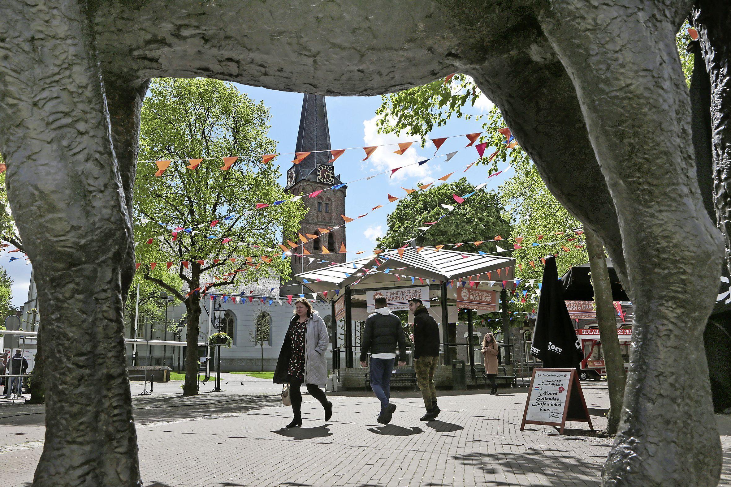 Aangezien er verder toch niets gebeurt op Koningsdag in Baarn, gaat de dinsdagse weekmarkt gewoon door, vertelt visboer Eric de Graaf; 'Maar het zal een klein marktje zijn, een mini-markt'