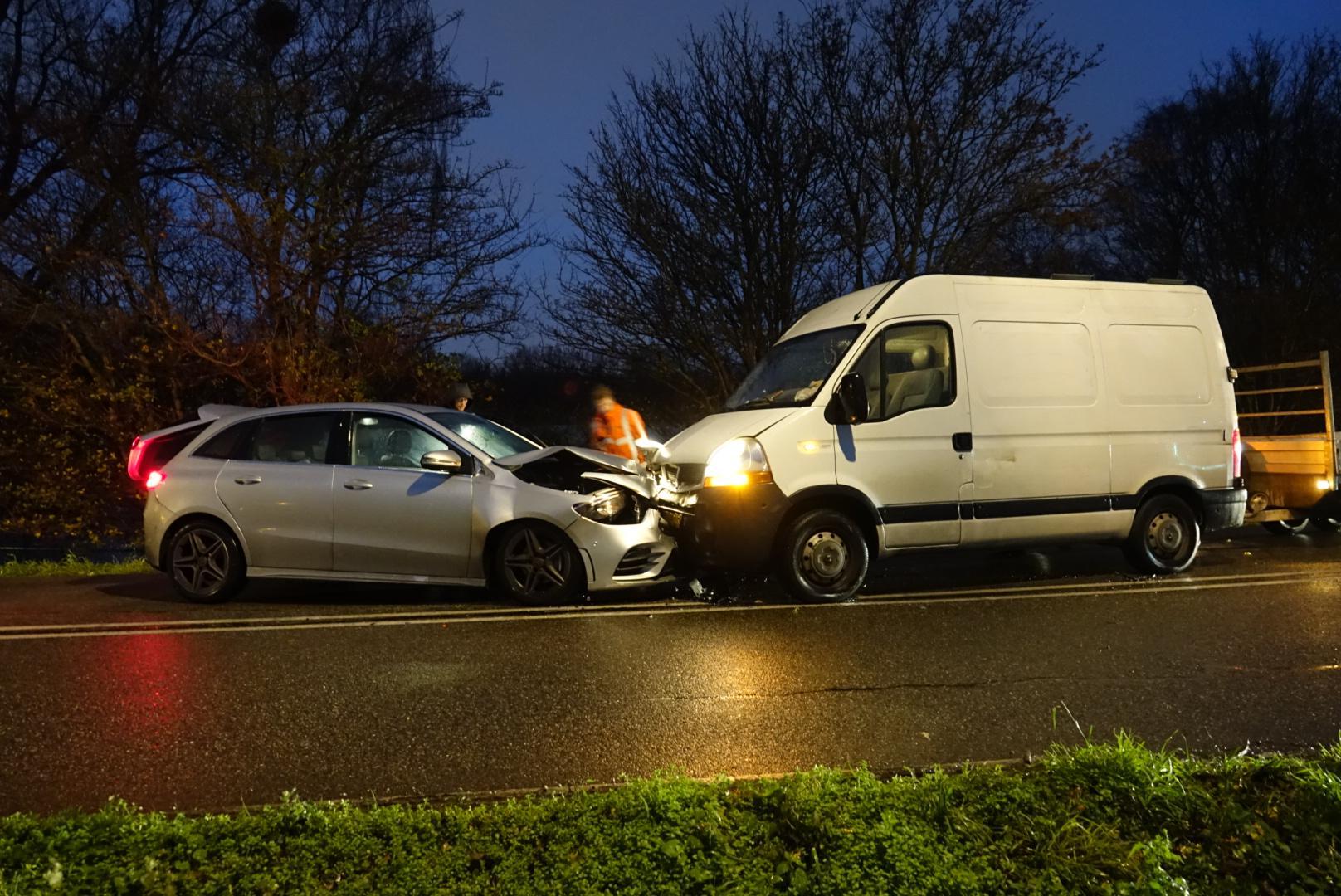 Bestelbus en auto botsen frontaal op elkaar in Zaandam; beide voertuigen total loss