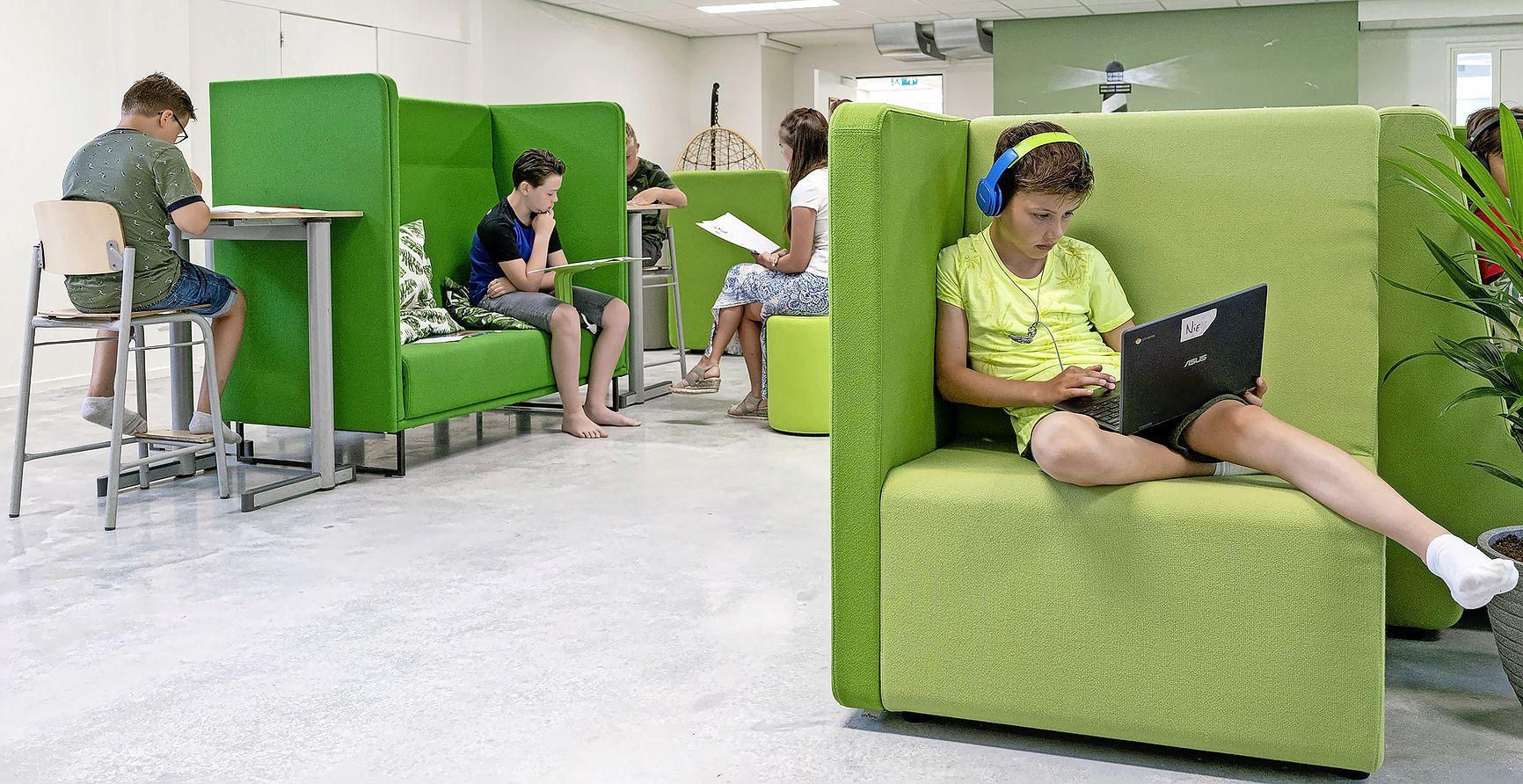 Fietsen achter je bureautje, met je laptop in de schommelstoel of leren op een balance board. Dorpsschool start met vernieuwend leerplein in een oude loods