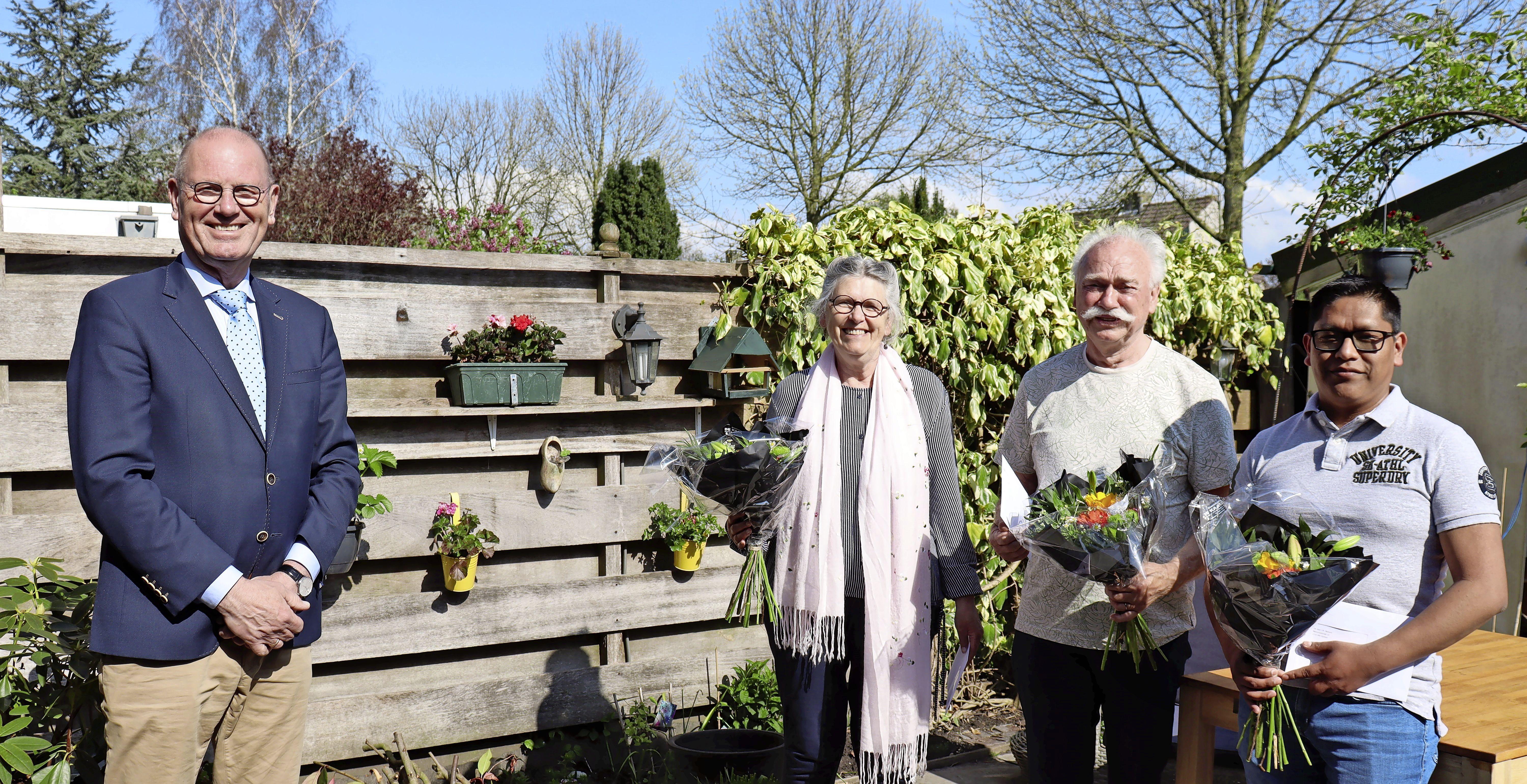 Vrijwilligers verkiezingen door Opmeer in de bloemen gezet. Risico dat zij namen door corona zorgt voor extra waardering