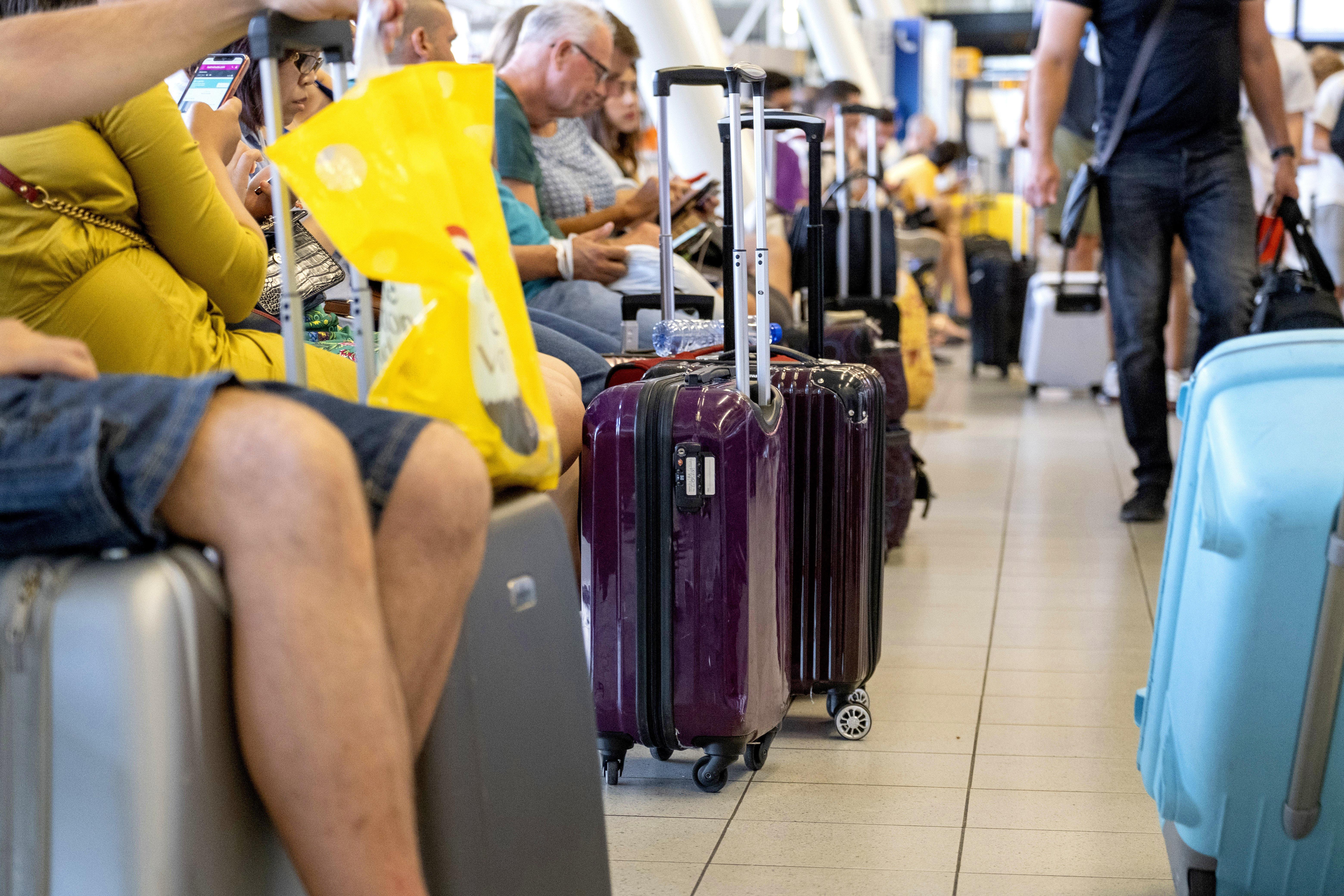 100 vluchten op Schiphol geannuleerd, reizigers moeten mogelijk ook nacht van donderdag op vrijdag op luchthaven slapen