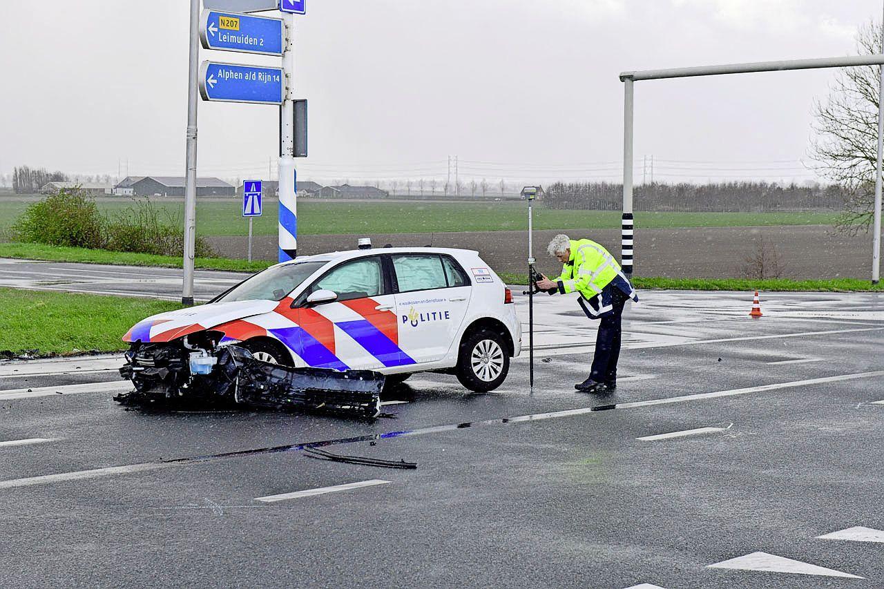 Politieauto betrokken bij aanrijding op N207 bij Nieuw-Vennep, twee volwassenen en jong kind ter controle naar het ziekenhuis