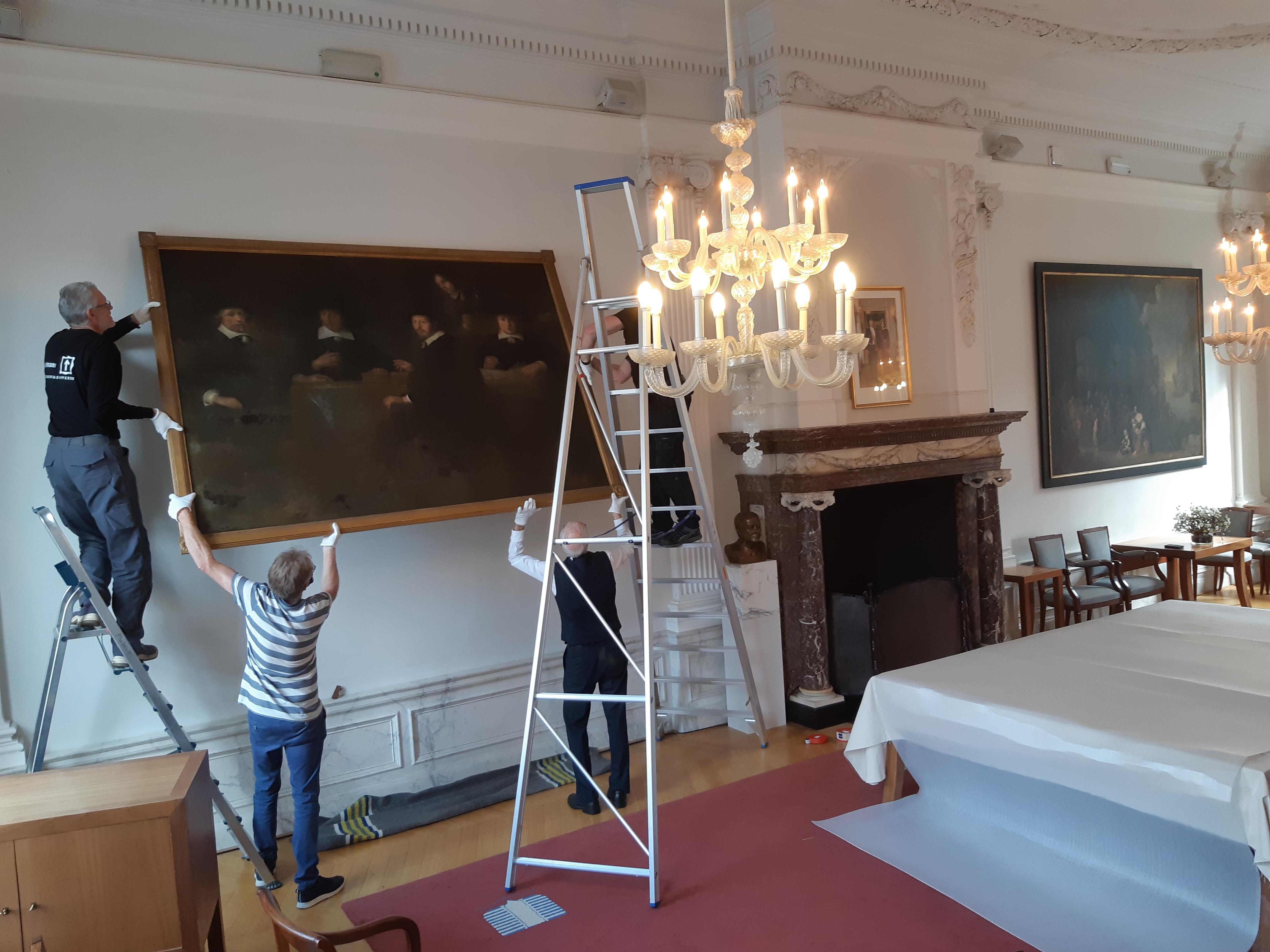 Opfrisbeurt voor dof en donker kunstwerk uit Museum Weesp: Hilversumse restaurator maakt 17de-eeuws schilderij 'De burgemeesteren van Weesp' weer strak en stralend
