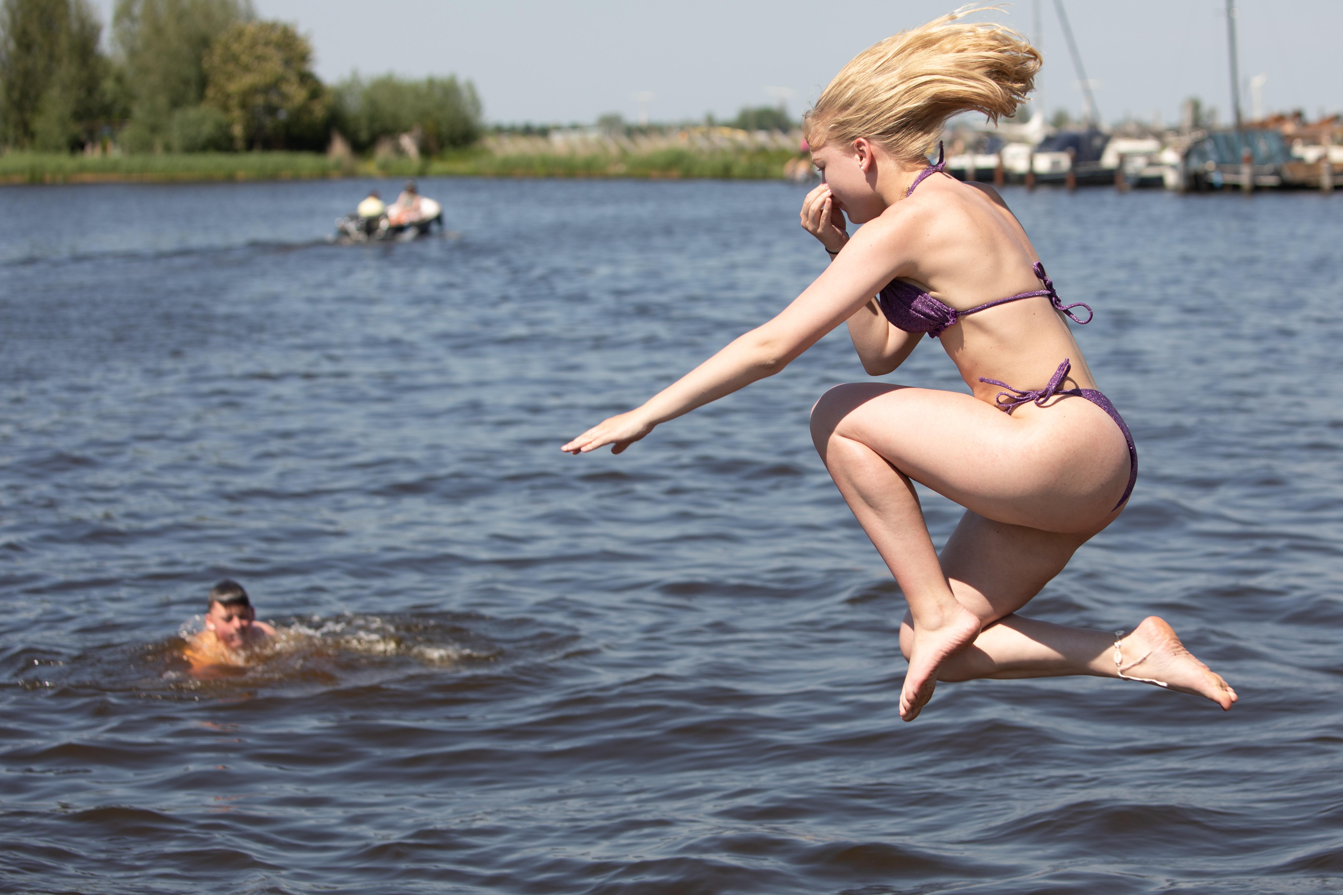 Koud? Ach, als je door bent is het best lekker!; Tientallen jongeren nemen verkoelende duik in de Eem