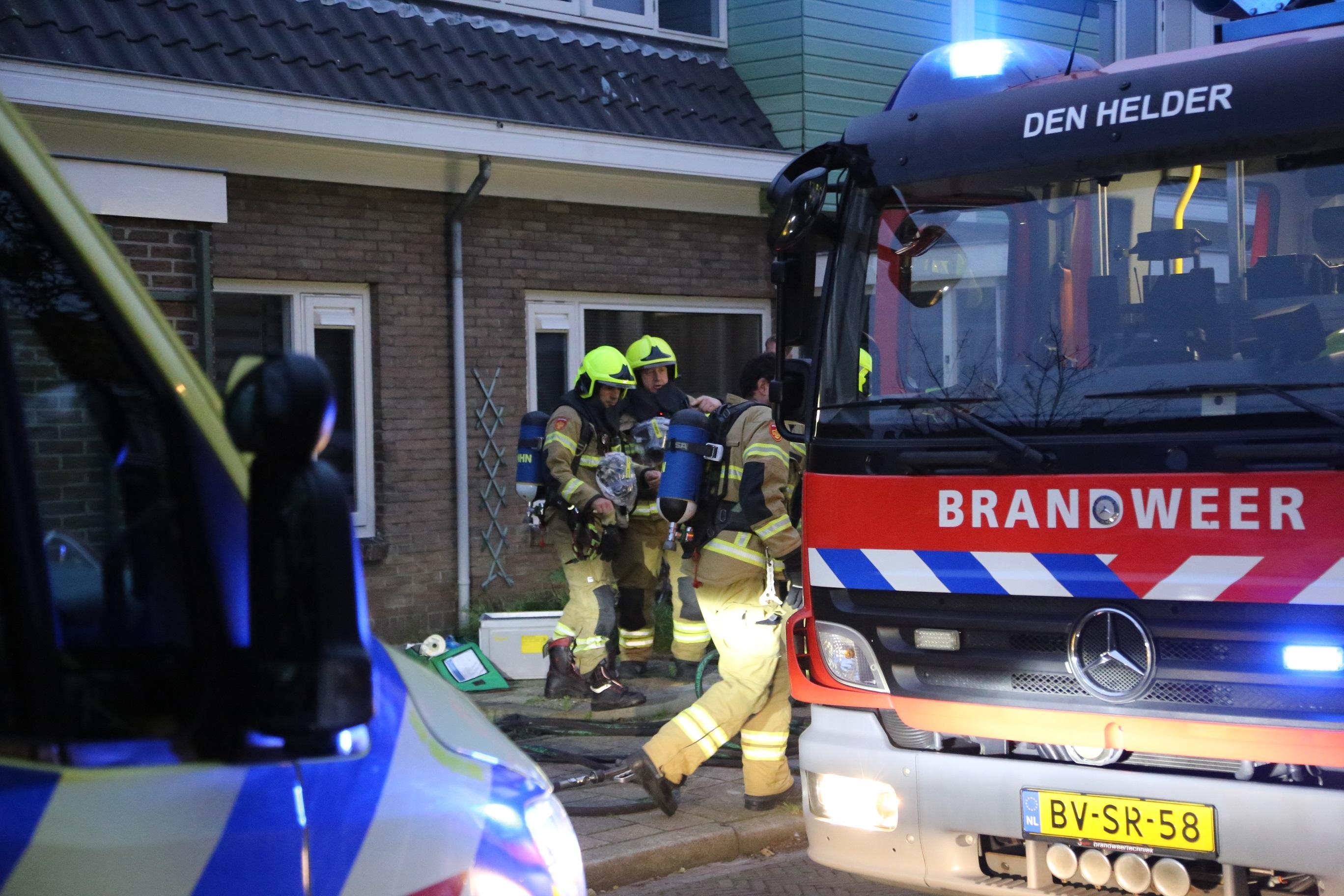 Keukenbrand in Helderse Havikstraat zorgt voor hevige rookontwikkeling. Twee aanwezigen onwel