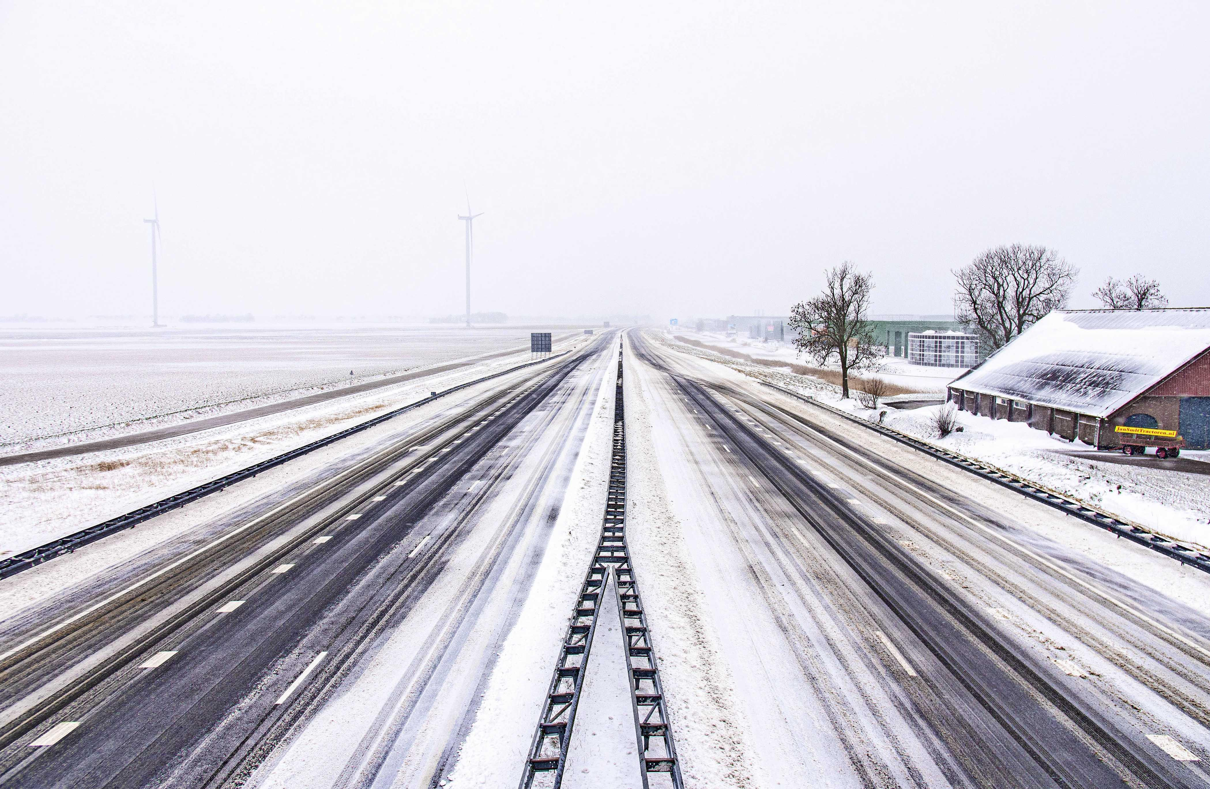 A7 een dag lang dicht voor opruimen van sneeuwduinen, tegen vijven was de situatie weer normaal