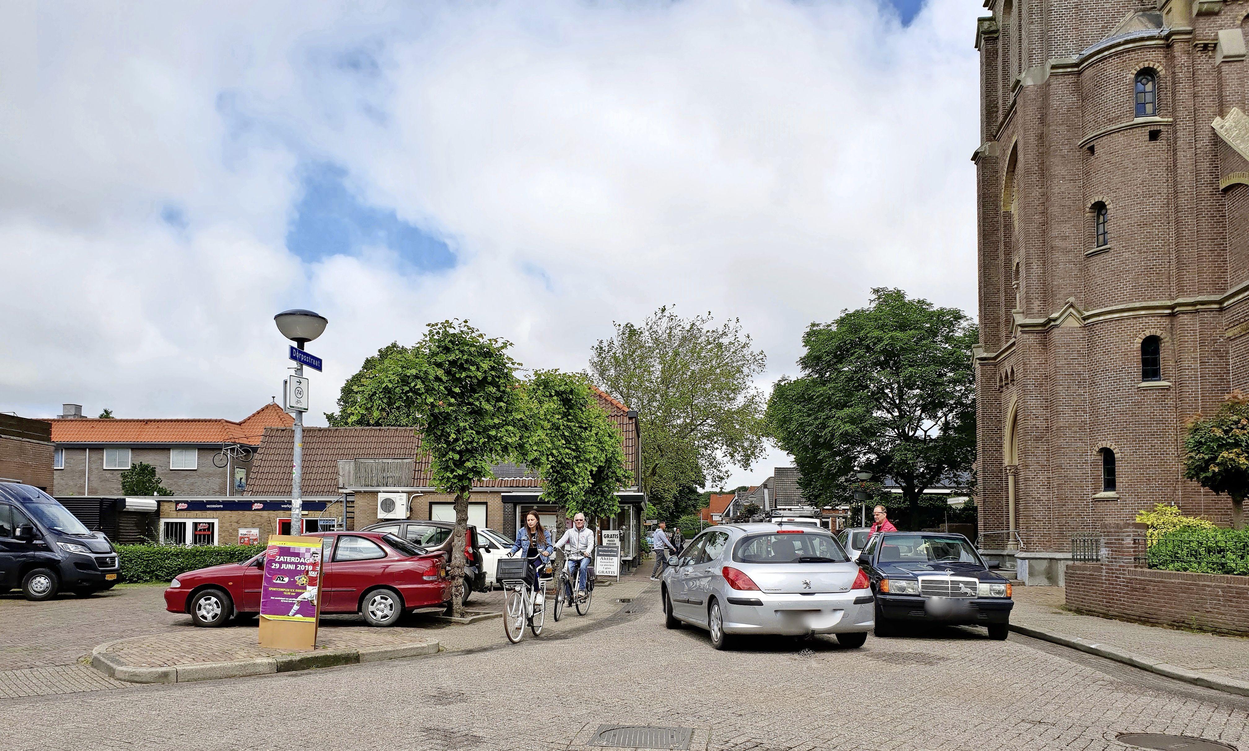 Onderzoek naar verkeersdrukte in centrum Warmenhuizen; 'Af en toe is het raak en is er sprake van flink wat blikschade'