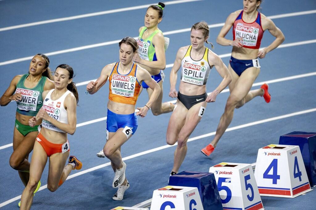 Britt Ummels uit Castricum roemloos uitgeschakeld door val op 800 meter bij EK indoor