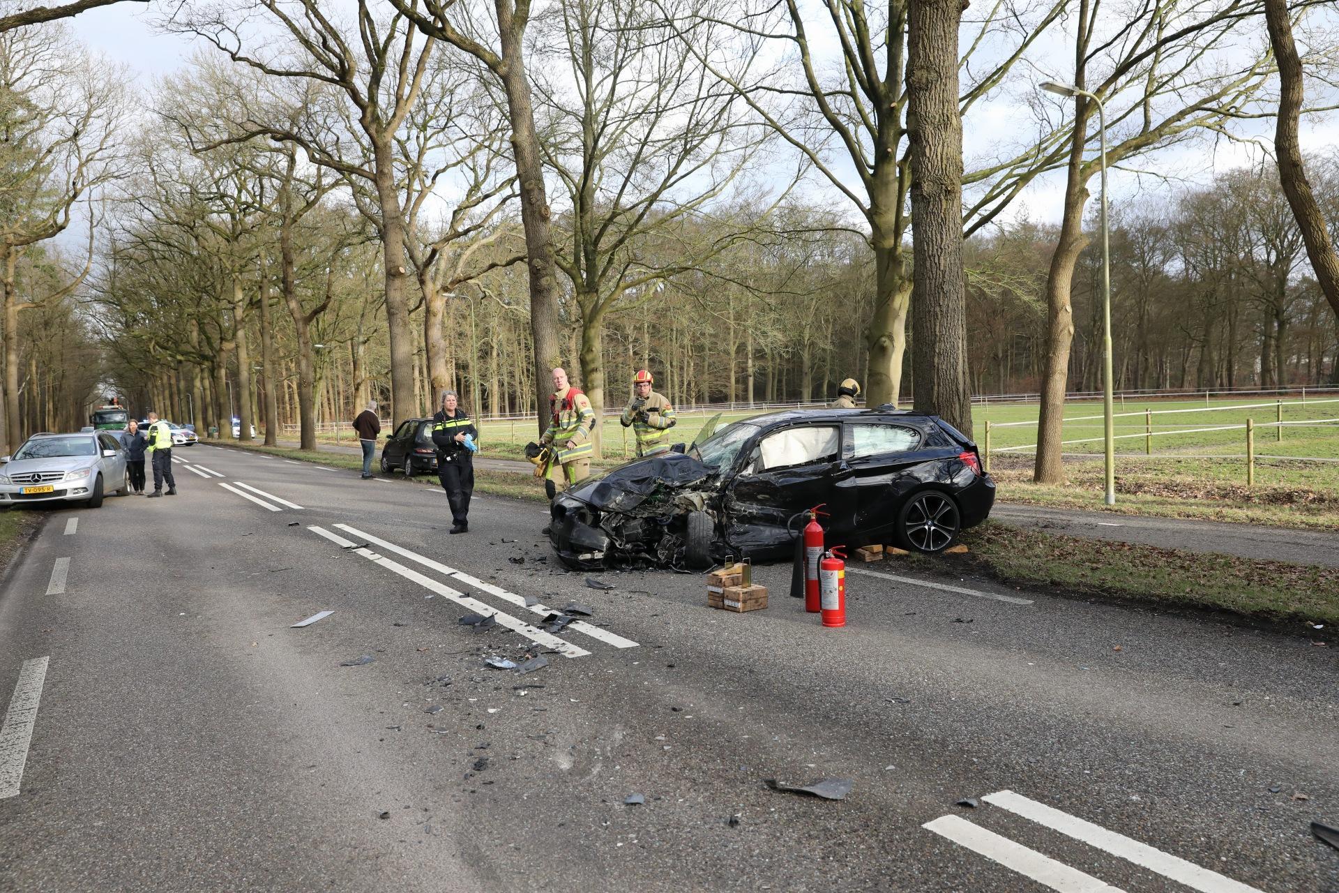 Man zwaargewond bij ongeluk tussen personenwagen en vrachtwagen in Soest, traumahelikopter ter plaatse