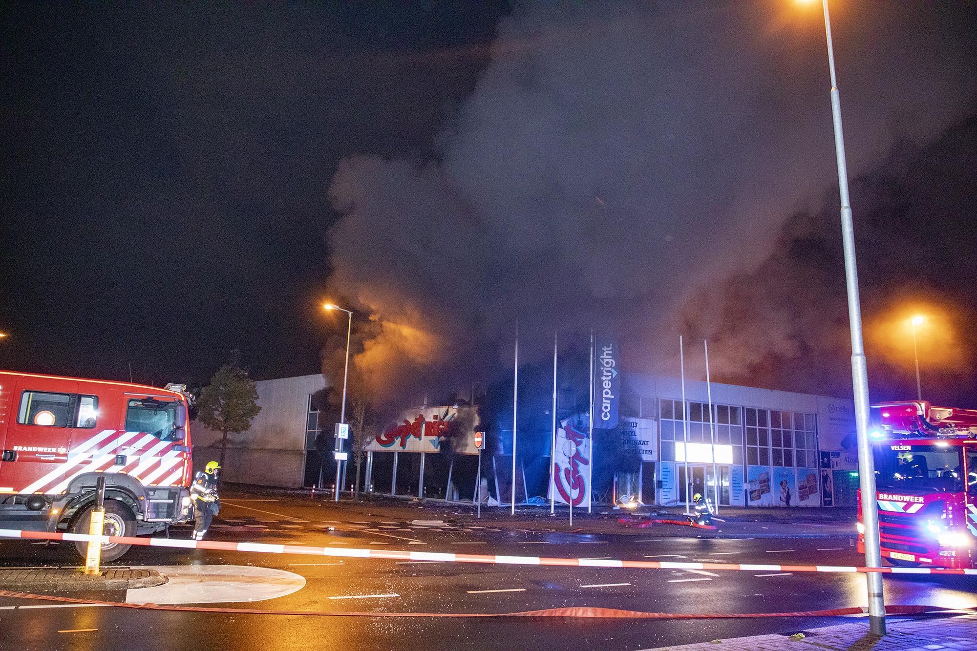 Felle brand in pand Carpetright Beverwijk, NL-Alert uitgestuurd voor vrijgekomen rook [video]