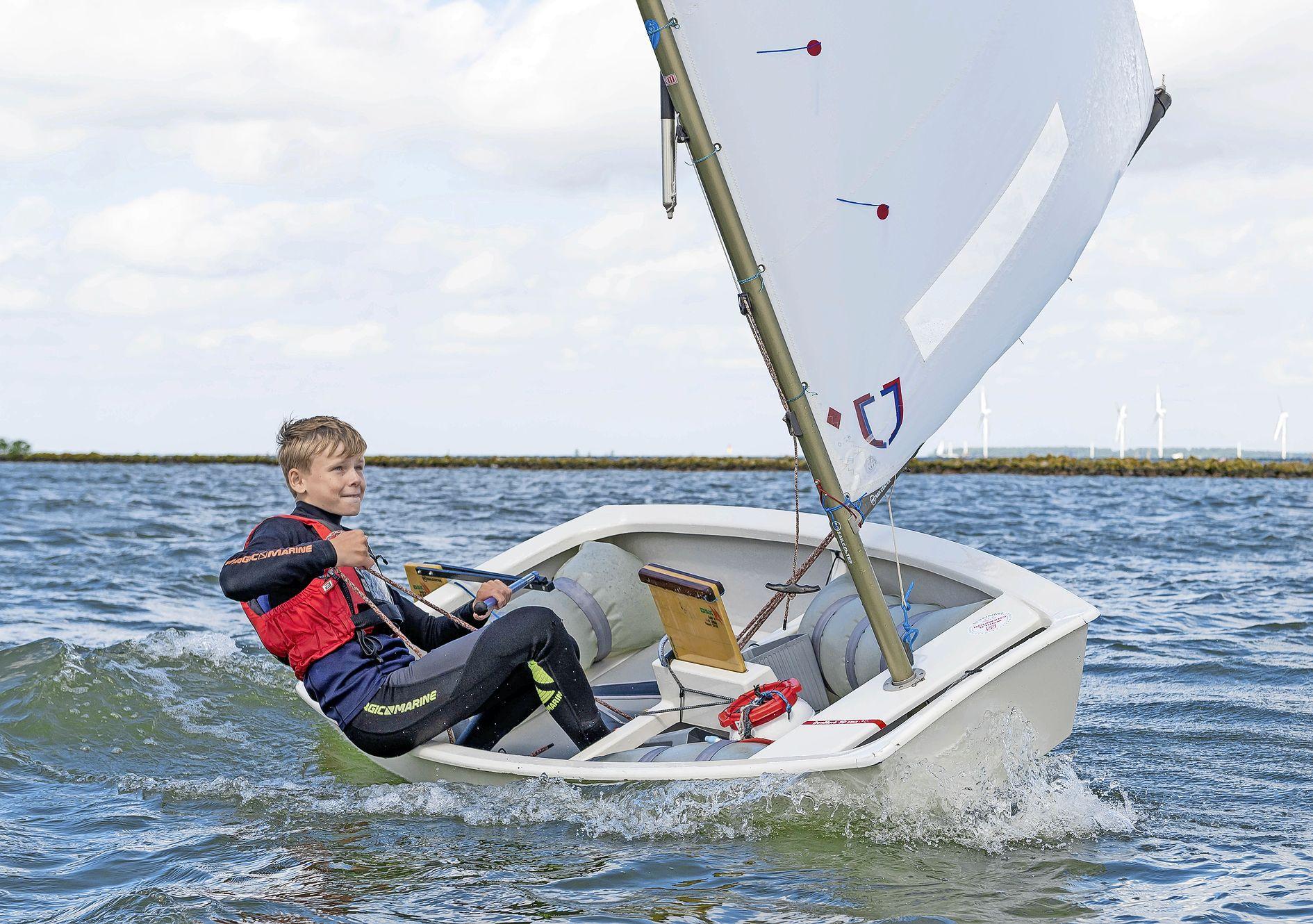 De 13-jarige Niels Brandt zeilt over een kleine twee weken op het jeugd-WK in Italië: 'Ik kan lang door, ook bij sterke wind'