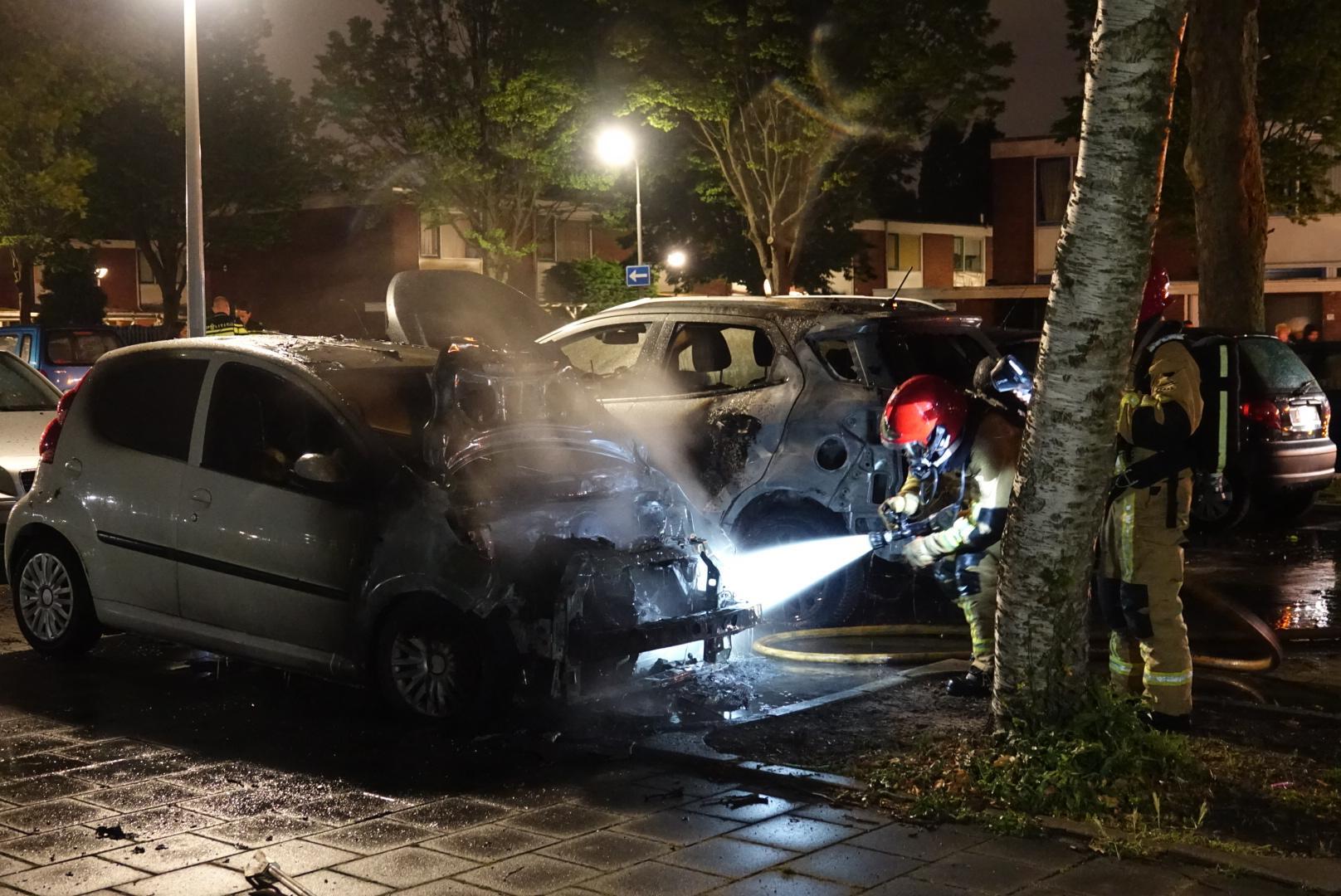 Brand verwoest twee auto's in Zaandam