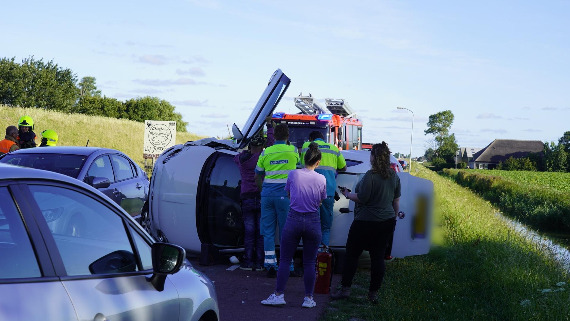 Auto gekanteld bij botsing op Slikkerdijk in Wieringerwaard; inzittende bevrijd door brandweer