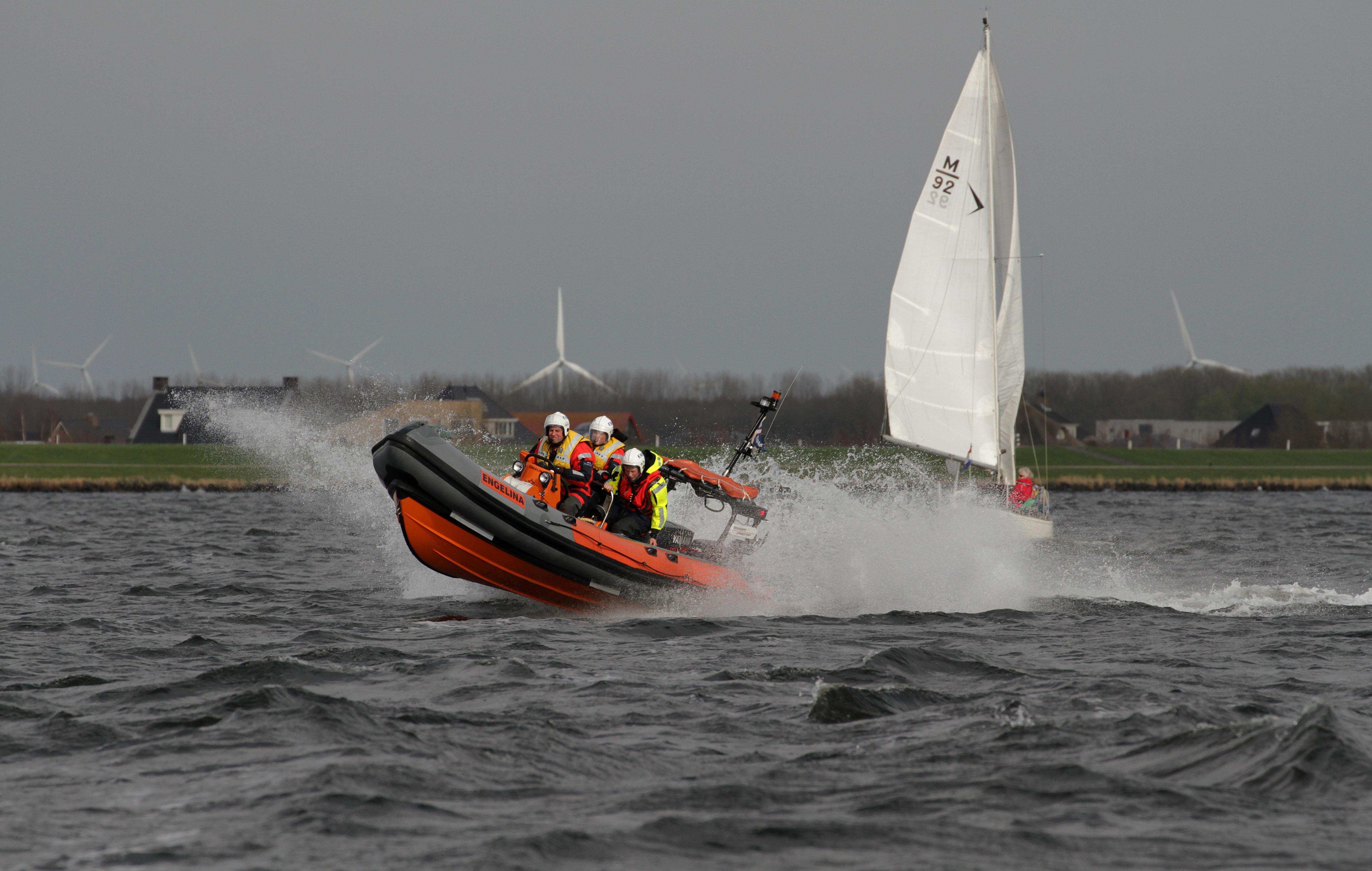 Aspirant-redders 'in de rij' voor de KNRM Blaricum. Post blij verrast met twaalf kandidaten en een nieuwe boot