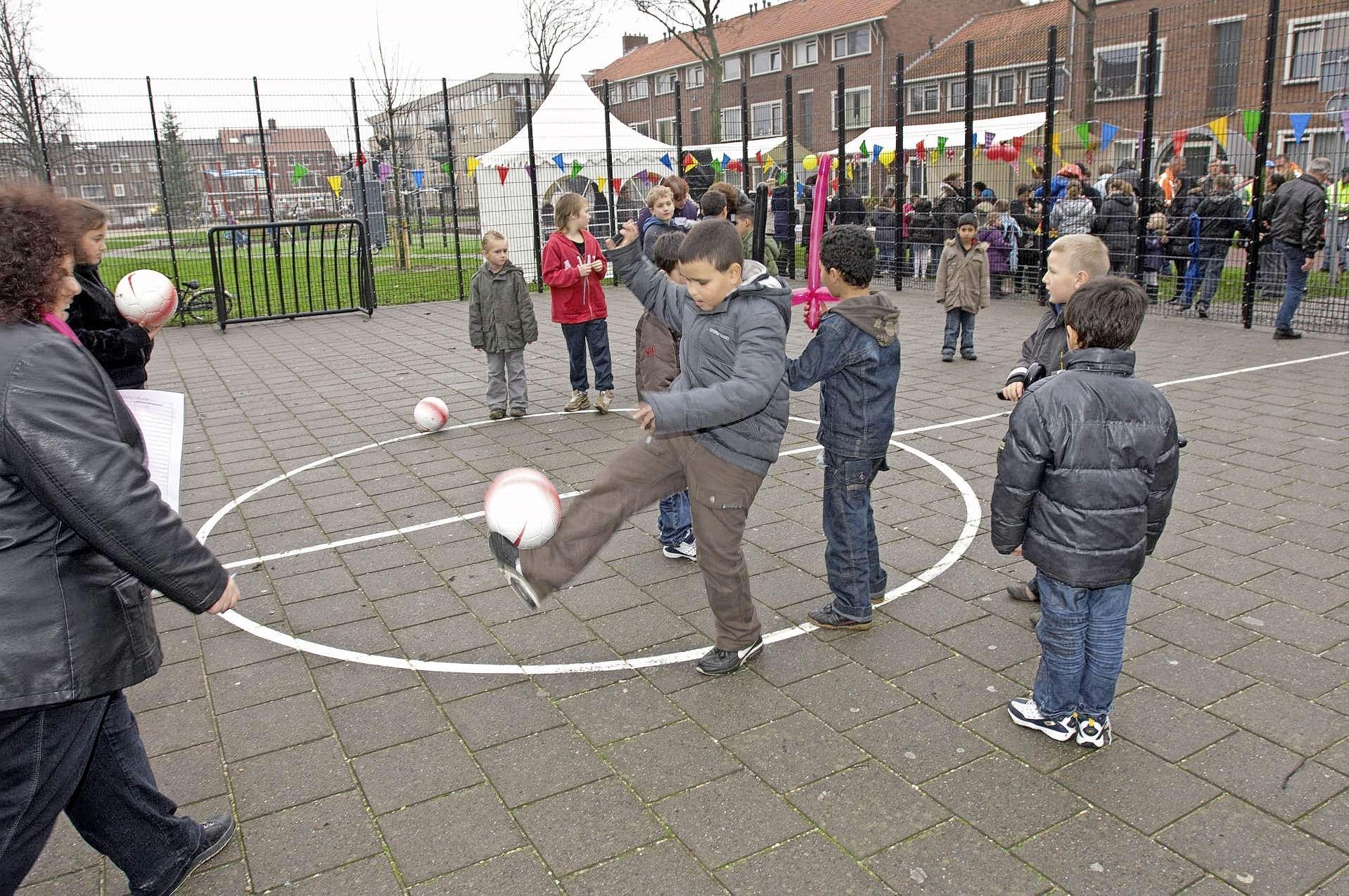 Velsen-Noord krijgt voetbalveld van oude chipszakjes, gemeente vindt bewegen belangrijker dan aanwezigheid reclame chipsfabrikant