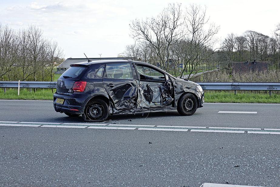 Bestuurder botst tegen kerende auto op N244 bij Middenbeemster, weg afgesloten
