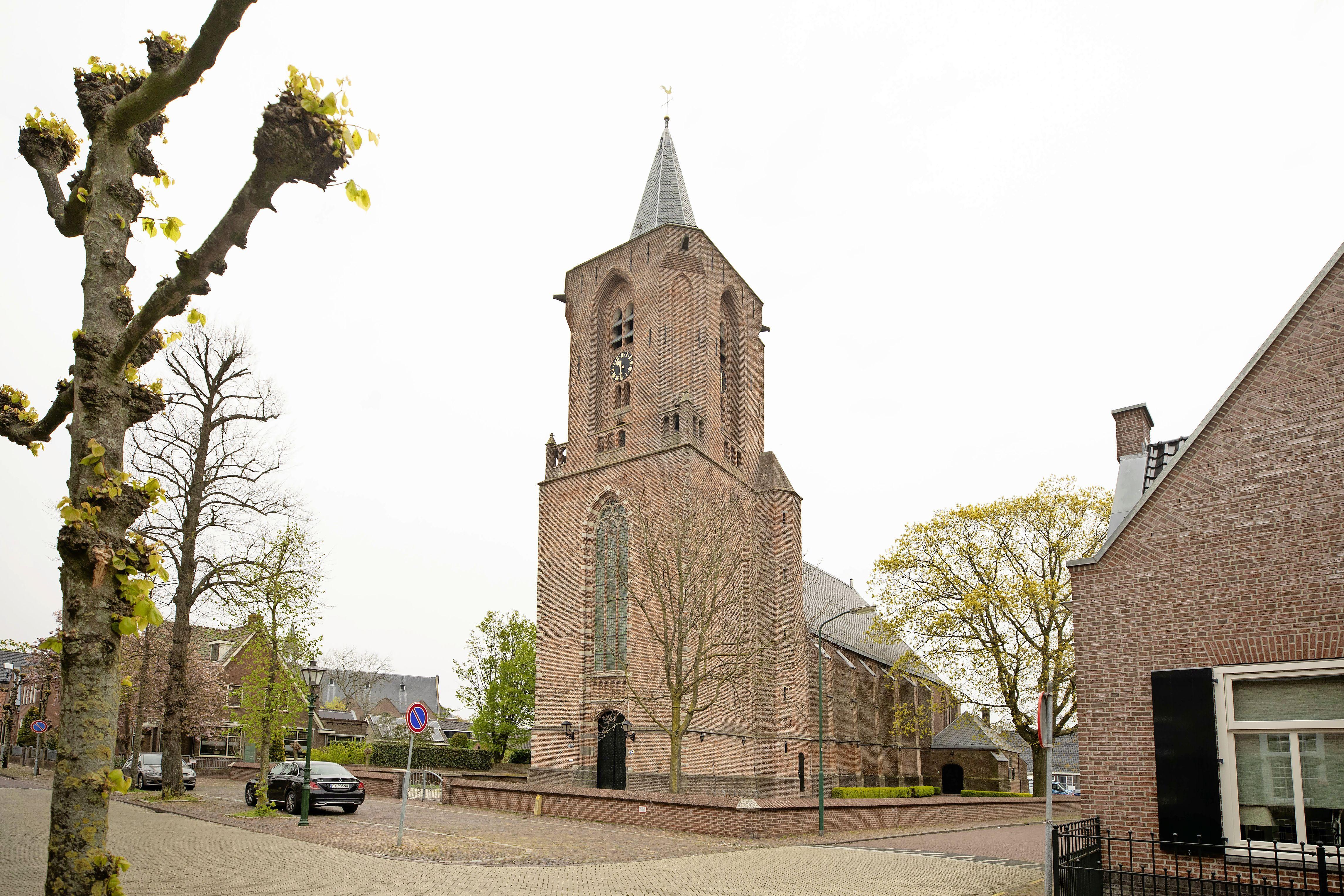Omwonenden klagen over overlast van kerkklokken bij begrafenissen. Het college komt hen tegemoet en nu staat de rest van het dorp op z'n kop