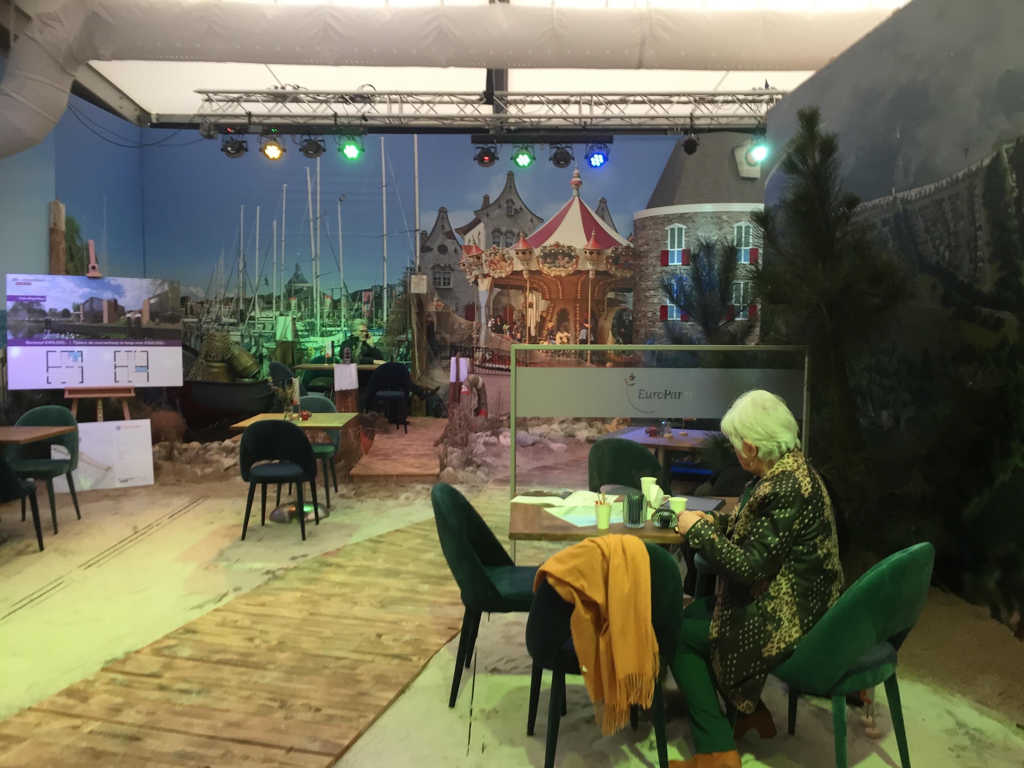 Handhavers Enkhuizen sluiten ontvangsttent Droomparken na illegale verkoopactie