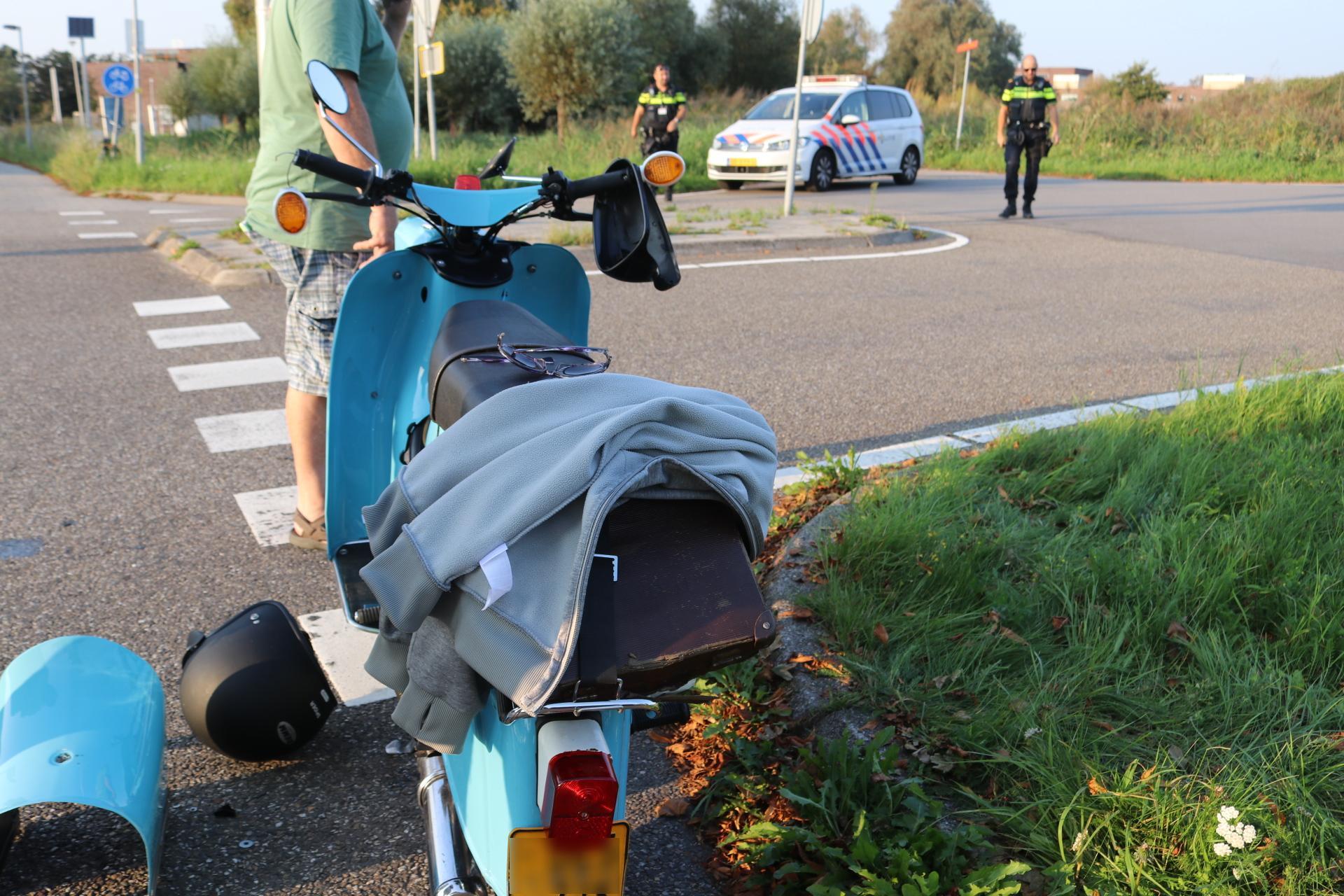 Auto schept tweetal op scooter in Oegstgeest en vlucht A44 op, getuigen noteren kenteken